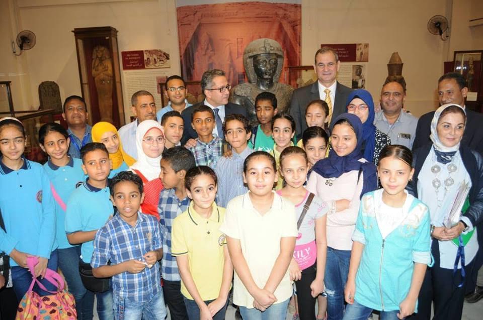 وزير الآثار يمنح الفائزين بمسابقة الإرادة المصرية تصريح  سنوى لزيارة المتاحف  (1)