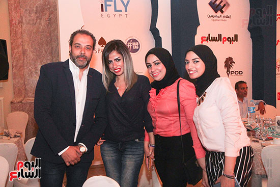 شادى أبو الحسن وزوجته الصحفية جهاد الدينارى والزميلتان زينب عبد المنعم وإسراء حسنى