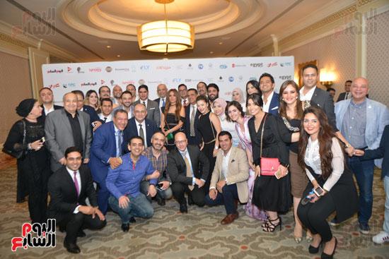 """رجل الأعمال أحمد أبو هشيمة رئيس مجلس إدارة """"إعلام المصريين"""" يتوسط عددا من الإعلاميين وحضور حفل الإفطار"""