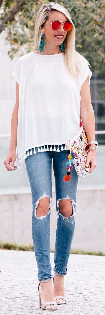 بلوزة بيضاء وبنطلون جينز