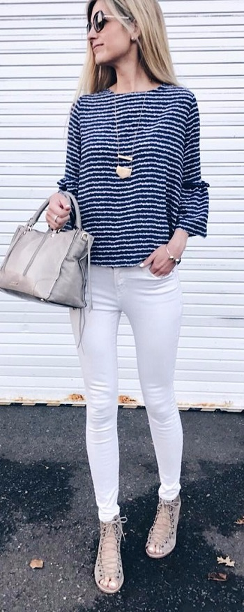 بنطلون أبيض وبلوزة زرقاء