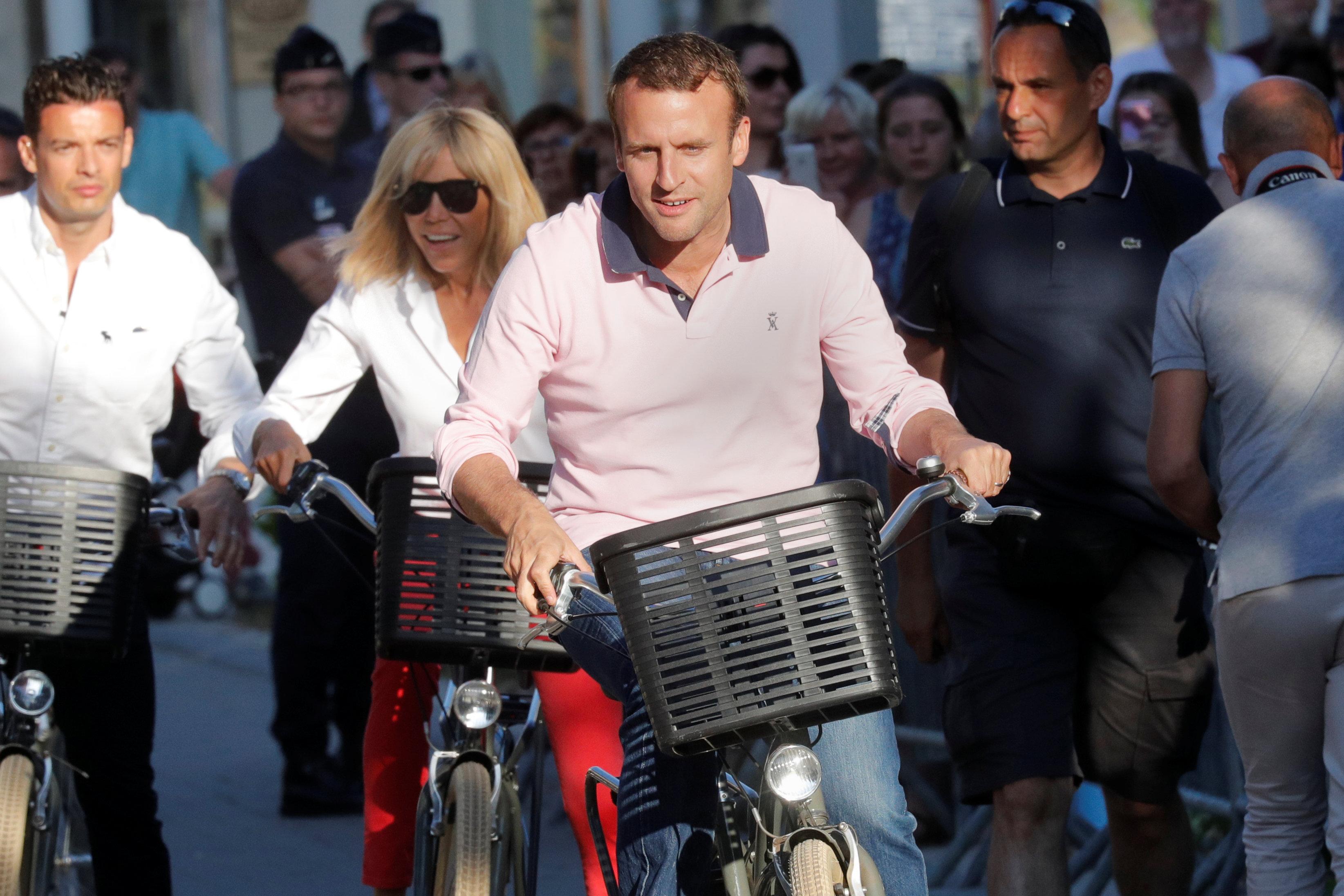 رئيس فرنسا وزوجته يستقلا دراجاتهما قرب منزلهما بمدينة لو توكيه