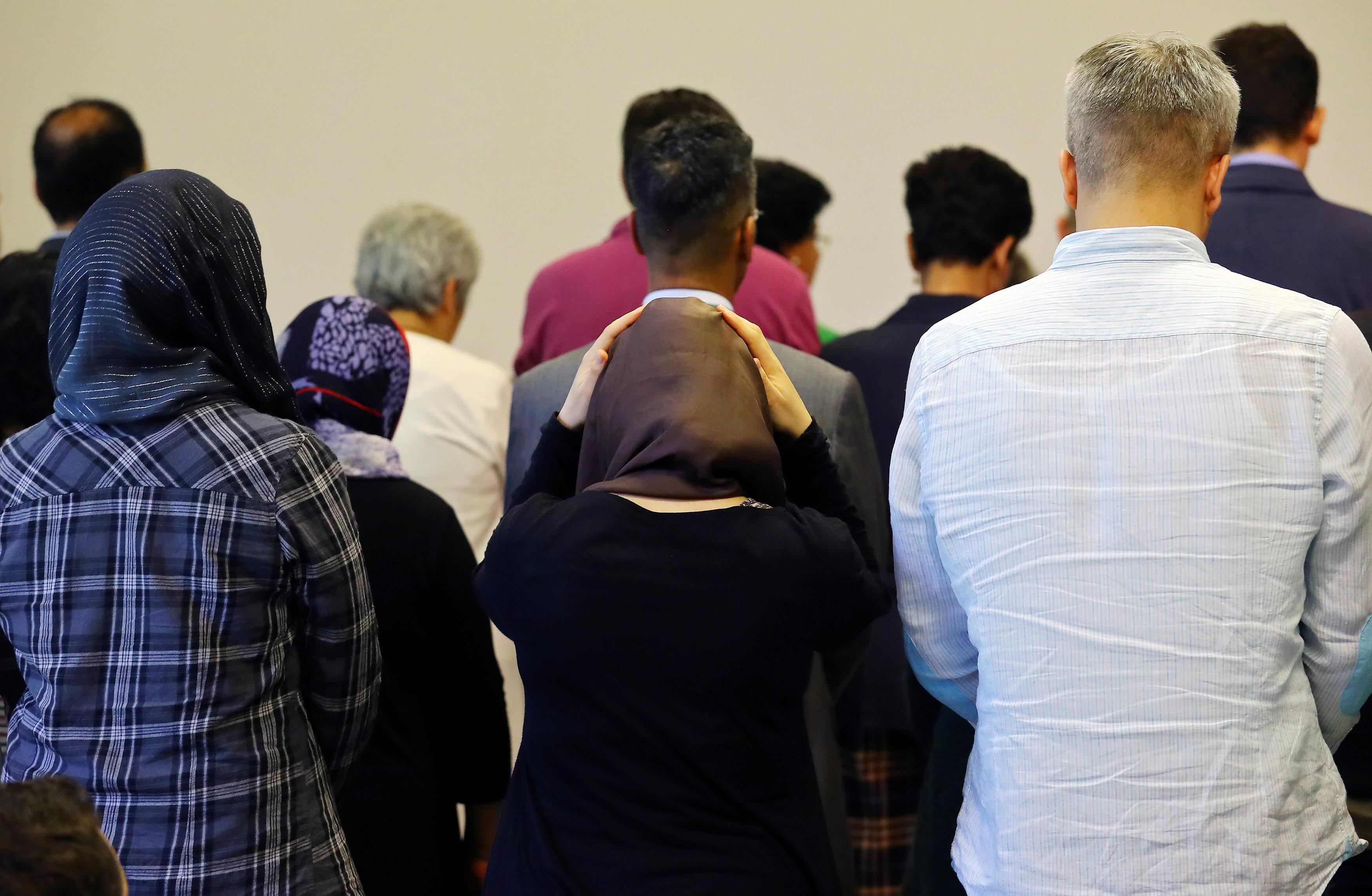 نساء ورجال فى صف واحد بالصلاة فى برلين