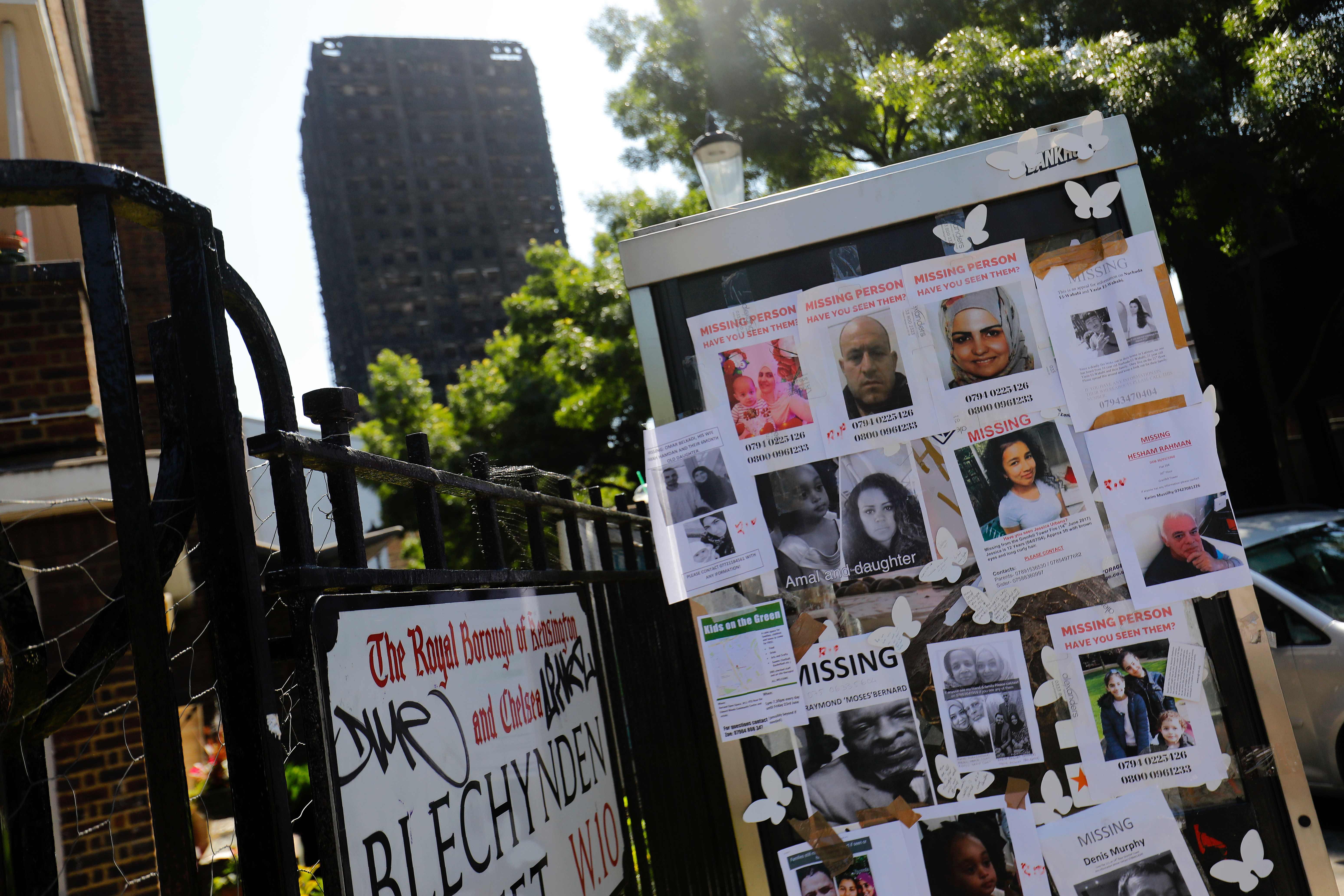 لوحة تحمل صور ضحايا حريق لندن