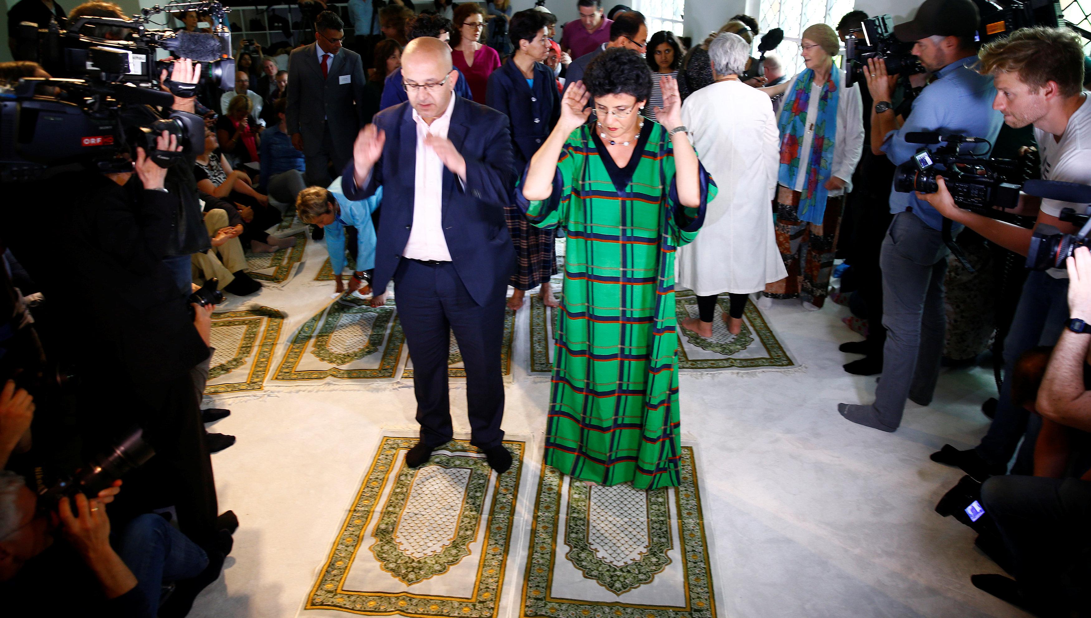 رجل وسيدة يصليان فى المسجد الليبرالى