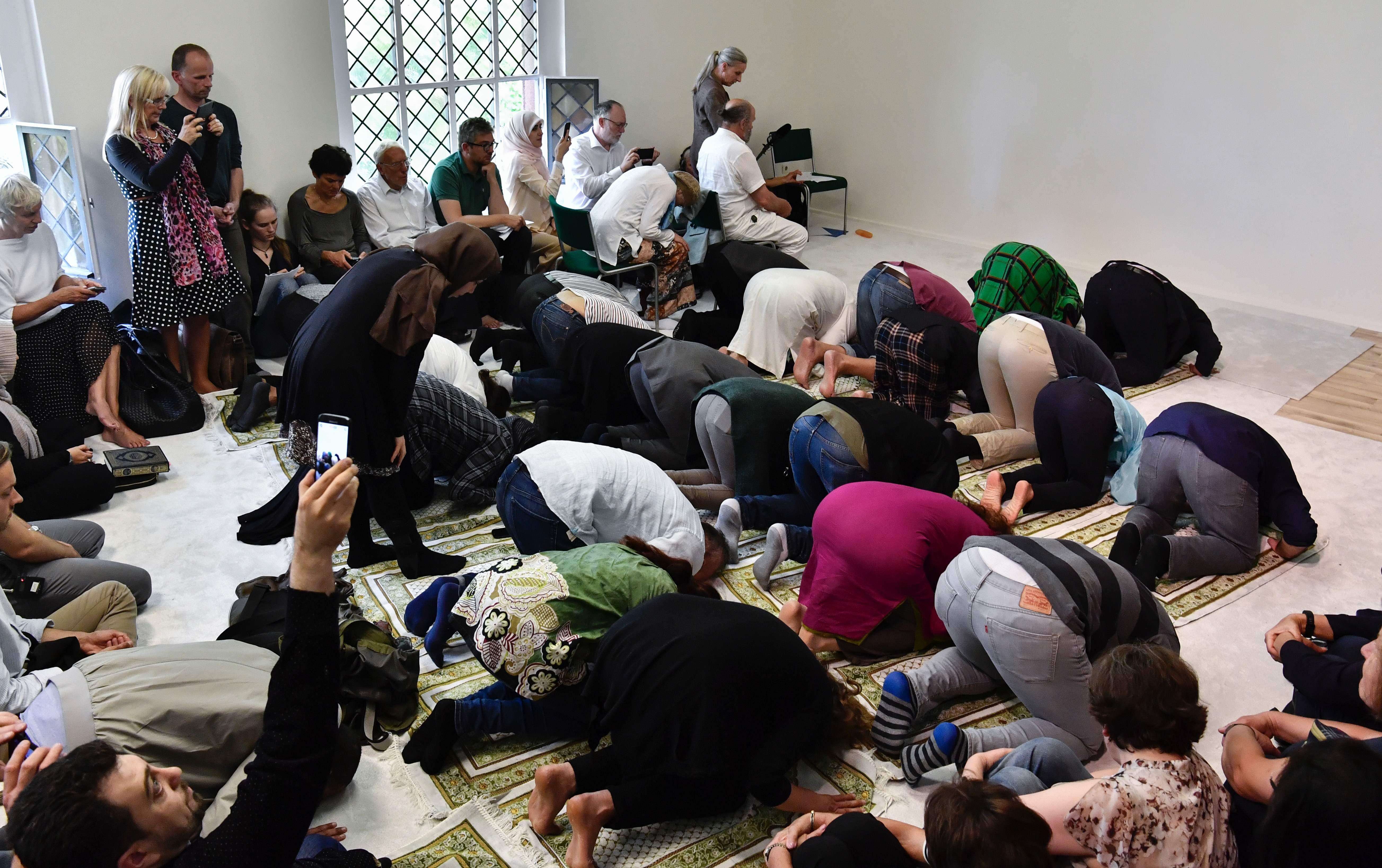 المصلين ساجدين أثناء أداء الصلاة فى المسجد الليبرالى
