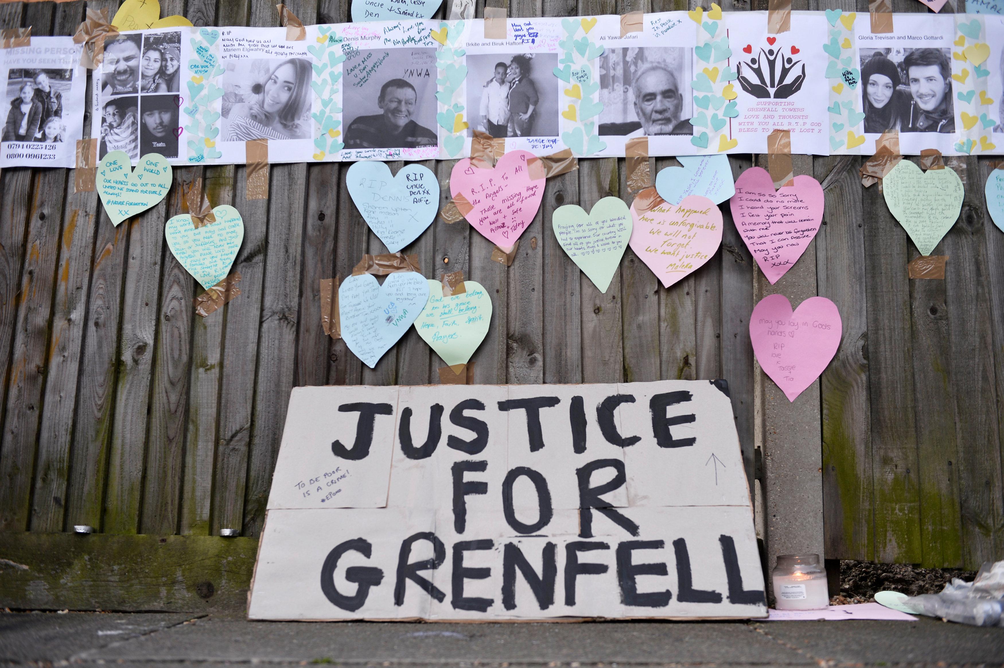 لافتات وصور تأبين ضحايا البرج السكنى المحترق