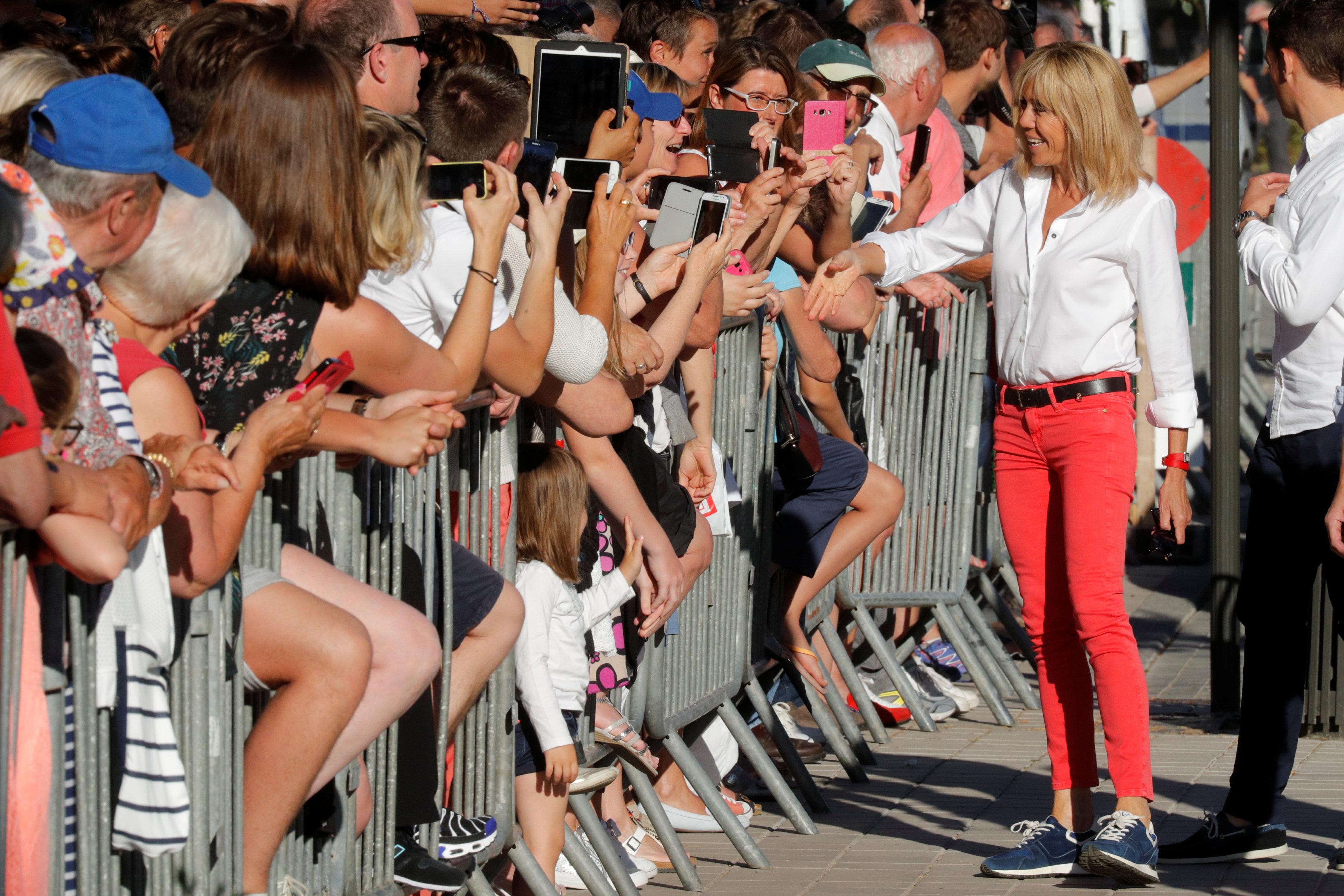زوجة ماكرون ترحب بجمهورها