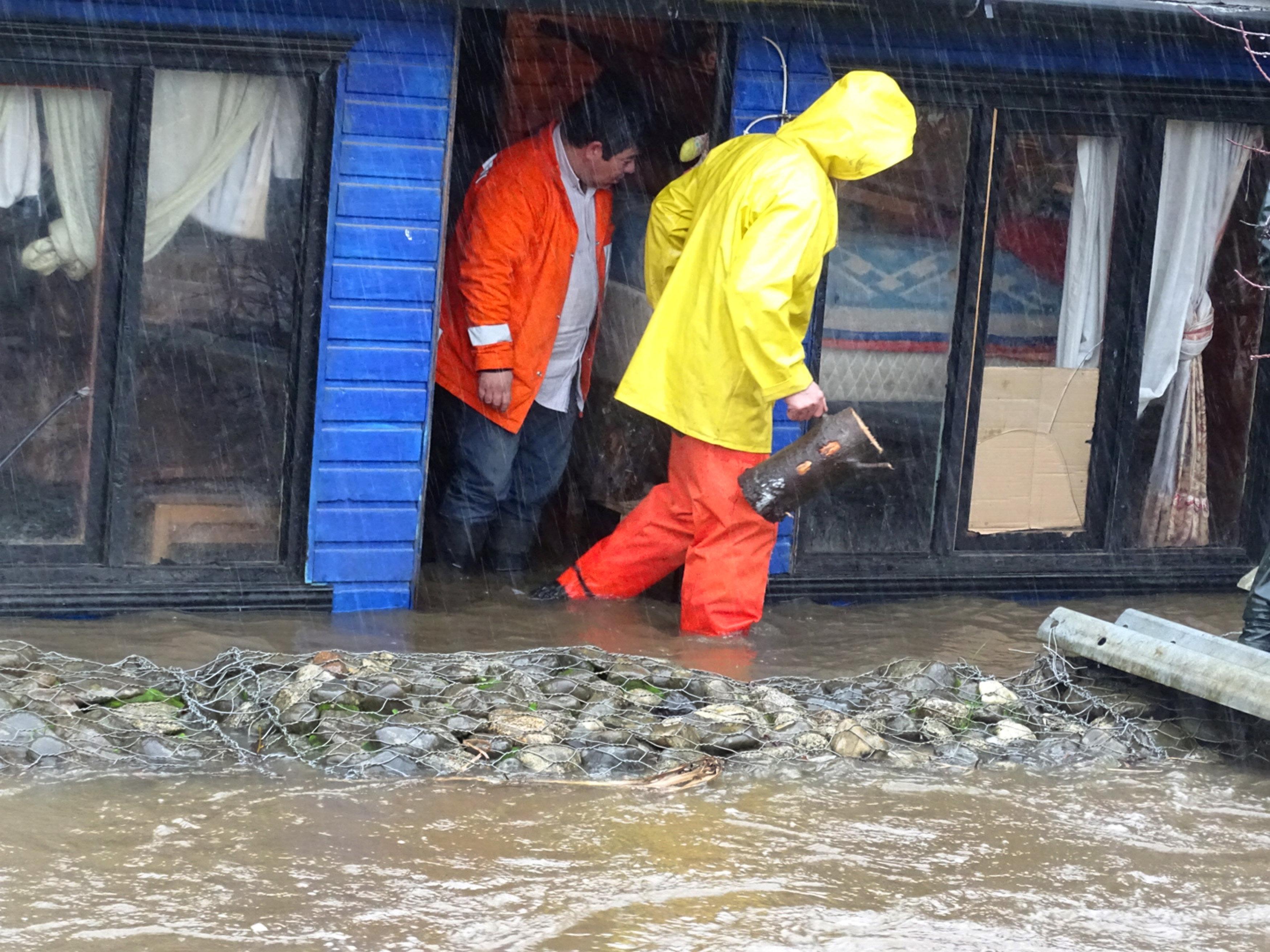 أمطار غزيرة تؤدى إلى غرق الشوارع