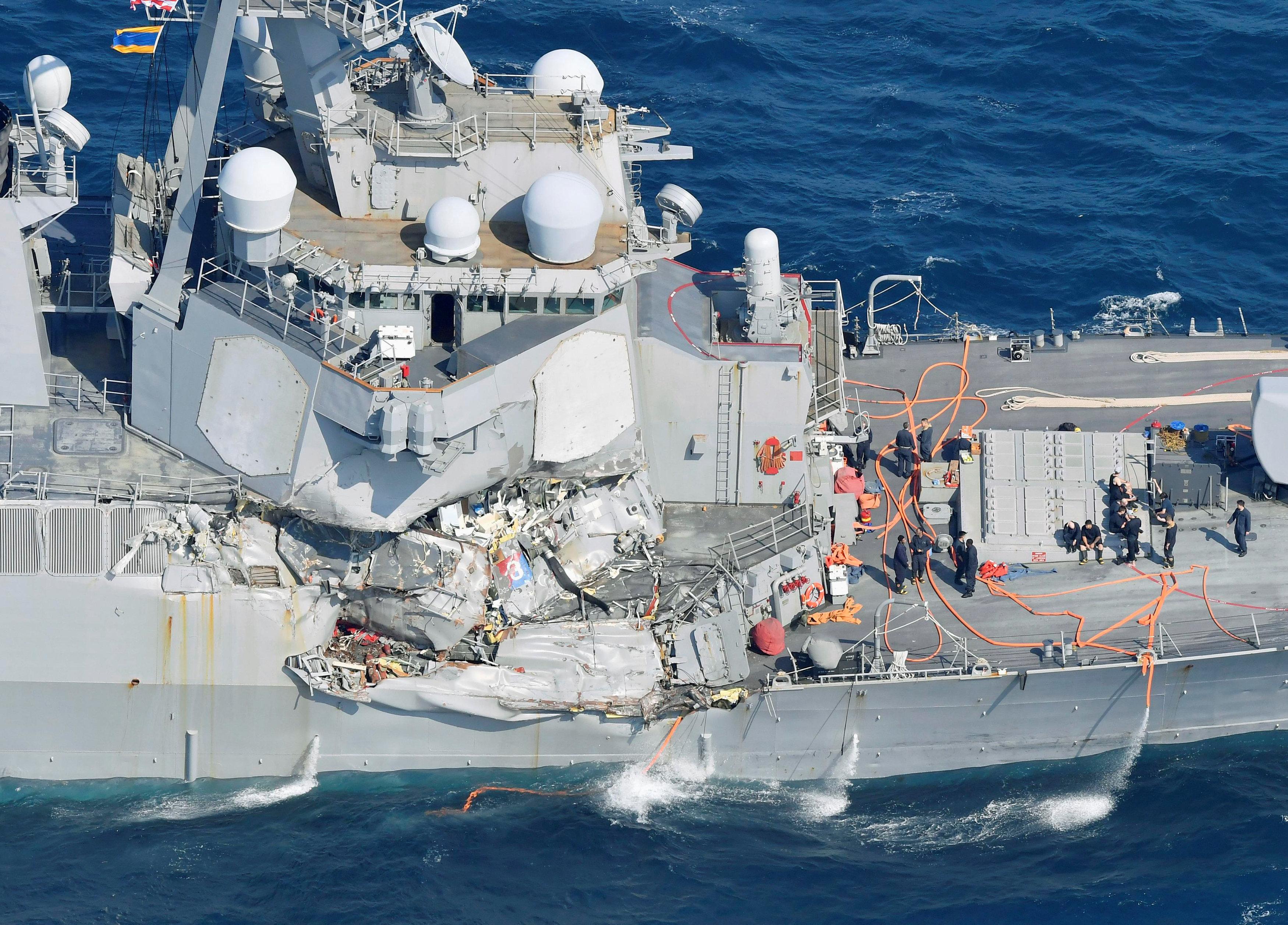 المدمرة الأمريكية بعد اصطدامها بسفينة تجارية قرب اليابان