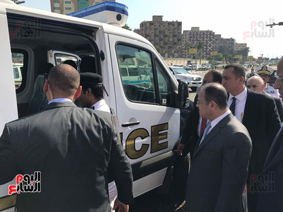 وزير الداخلية يتفقد عمل سيارات الشرطة