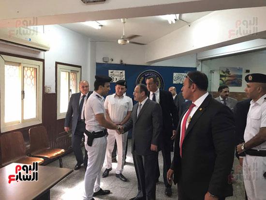 وزير الداخلية يتفقد سير العمل باقسام الشرطة