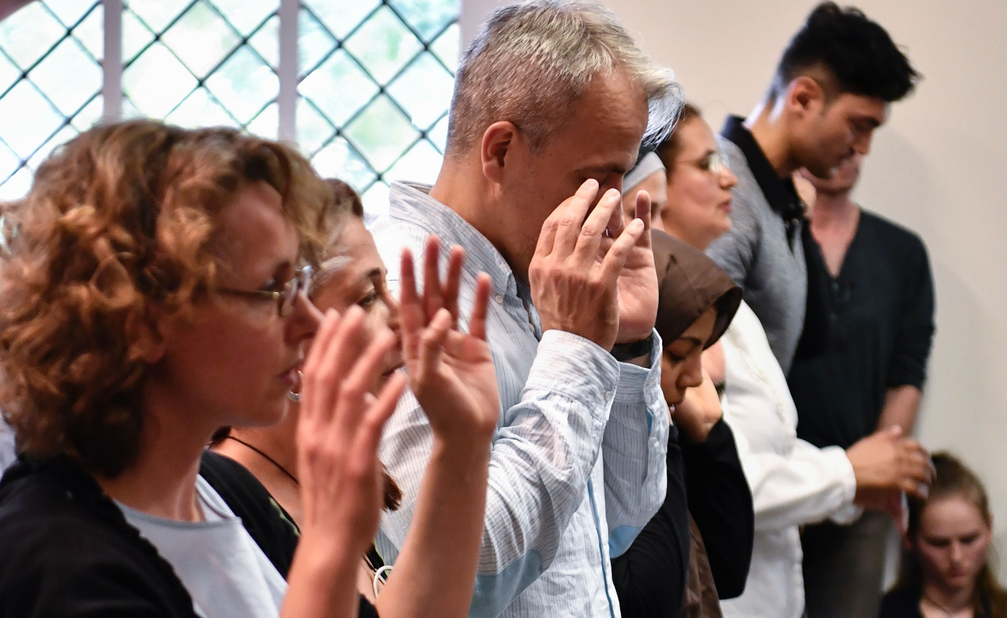 السيدات والرجال إلى جوار بعضهما فى الصلاة