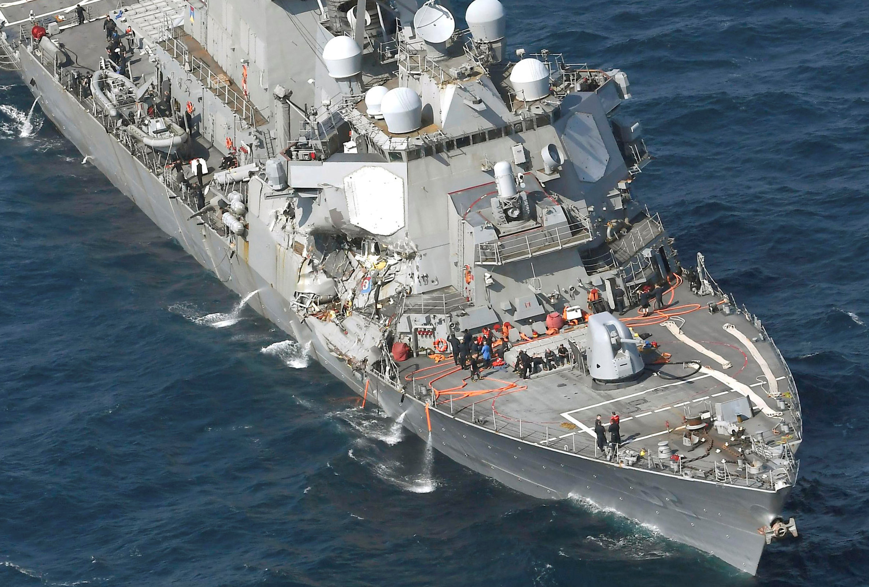 طاقم المدمرة الأمريكية بعد اصطدامها بسفينة تجارية