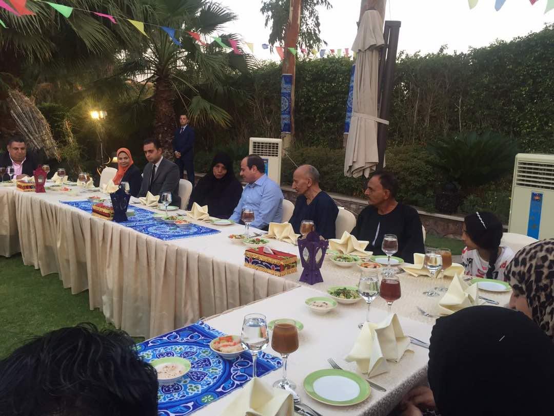 الرئيس يستقبل مجموعة من المواطنين فى مقر اقامته لتناول وجبة الافطار معه (1)
