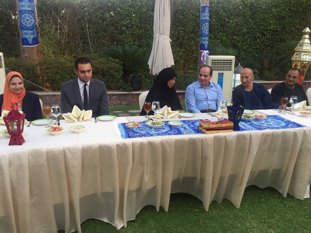 الرئيس يستقبل مجموعة من المواطنين فى مقر اقامته لتناول وجبة الافطار معه (9)