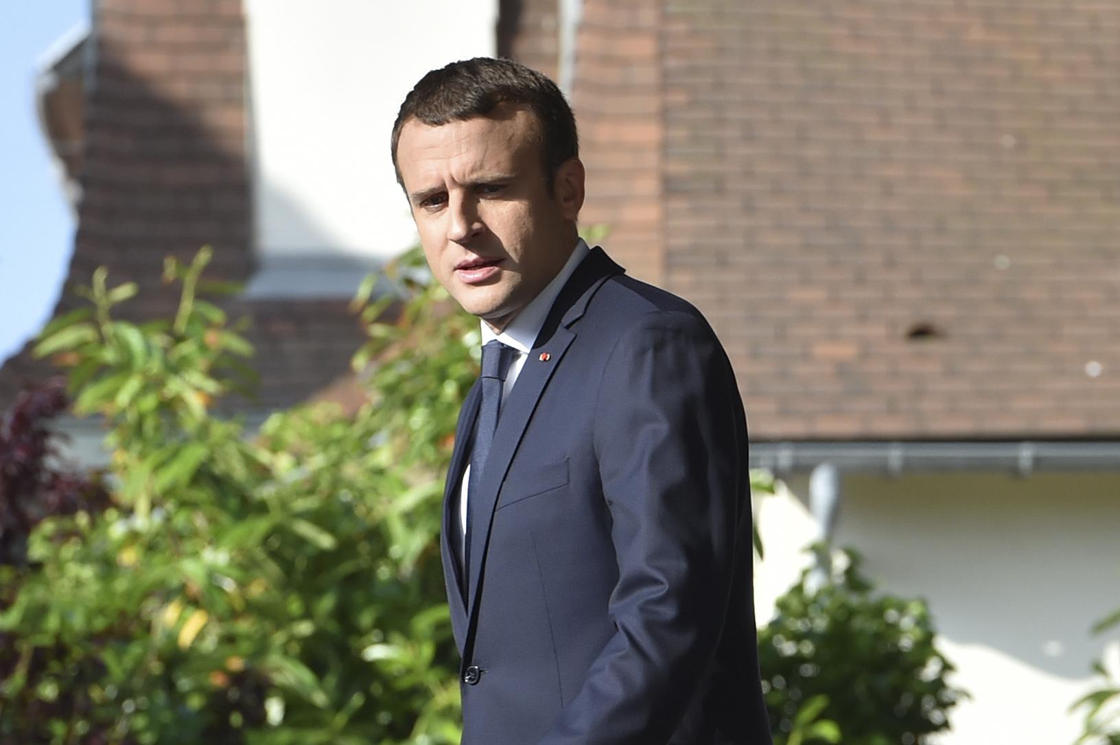 الرئيس الفرنسى إيمانويل ماكرون يتجه للإدلاء بصوته فى الانتخابات