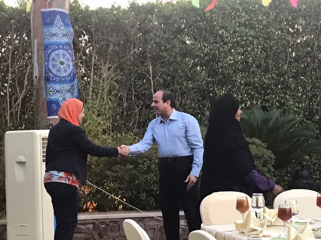 الرئيس يستقبل مجموعة من المواطنين فى مقر اقامته لتناول وجبة الافطار معه (8)