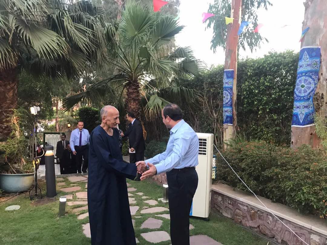 الرئيس يستقبل مجموعة من المواطنين فى مقر اقامته لتناول وجبة الافطار معه (2)
