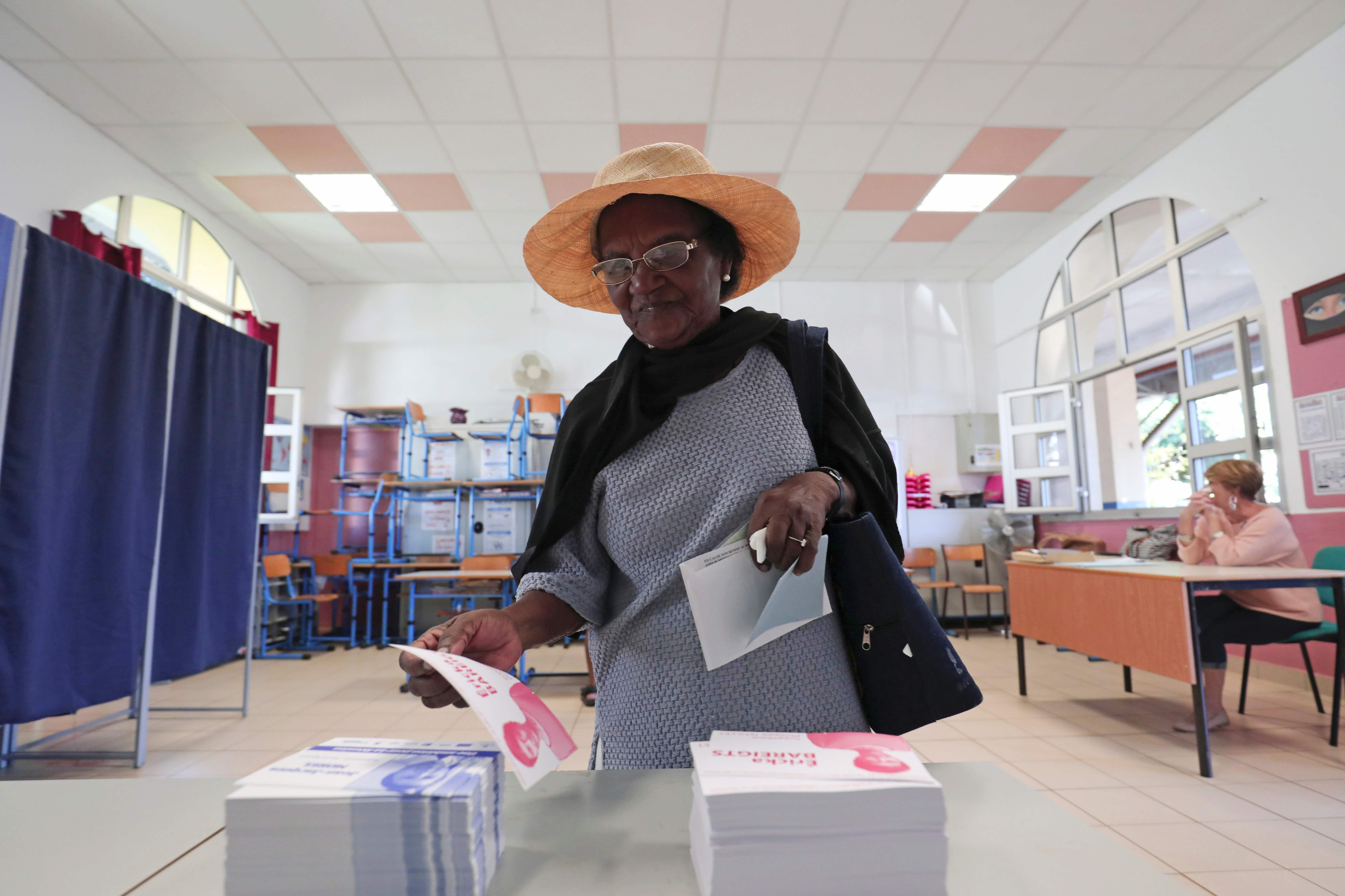 ناخبة تسحب أوراق الاقتراع فى الانتخابات الفرنسية
