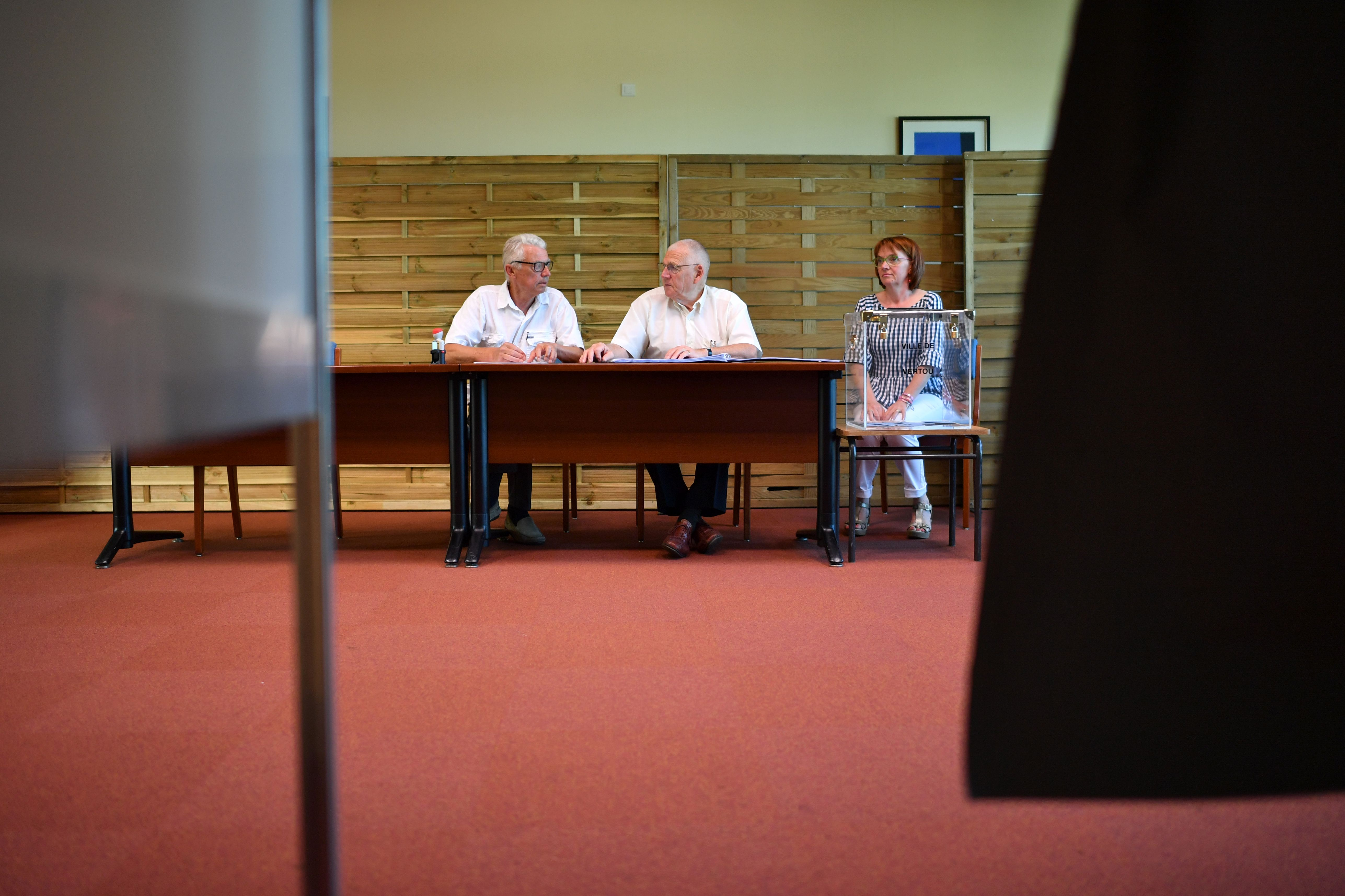 لجنة انتخابية فى الانتخابات التشريعية الفرنسية