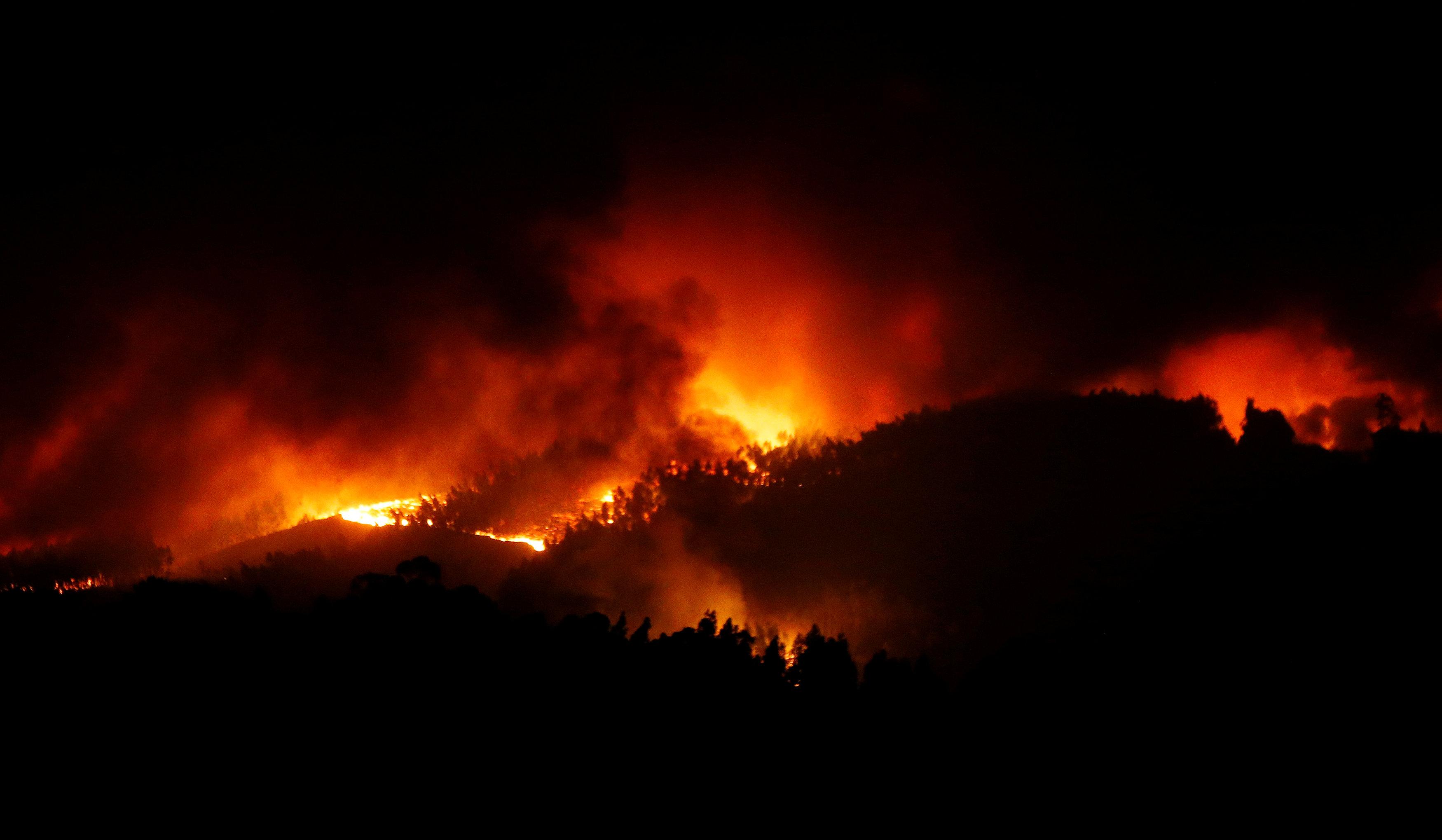 النيران والادخنة تتصاعد من غابات البرتغال