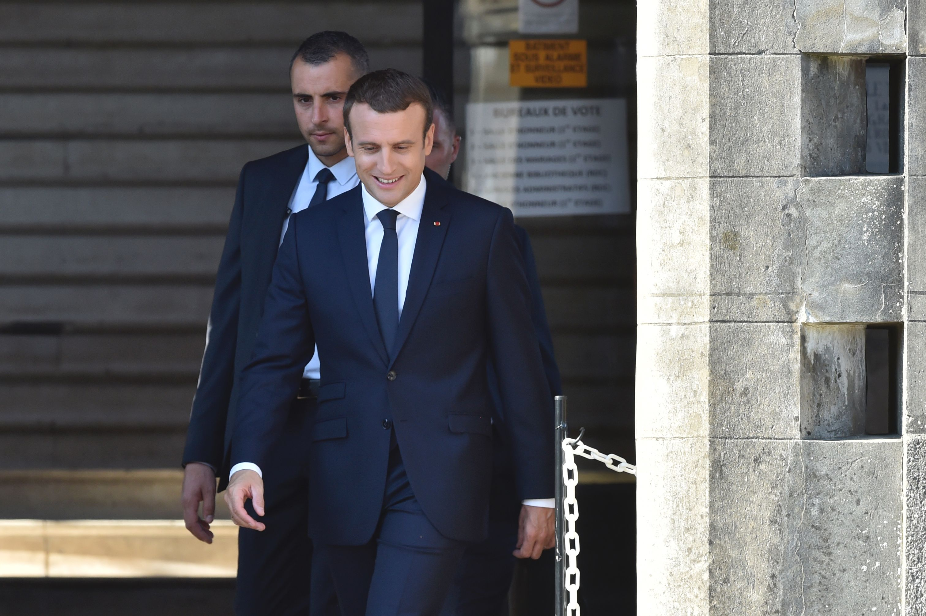 الرئيس الفرنسى يصل مقر الاقتراع للإدلاء بصوته