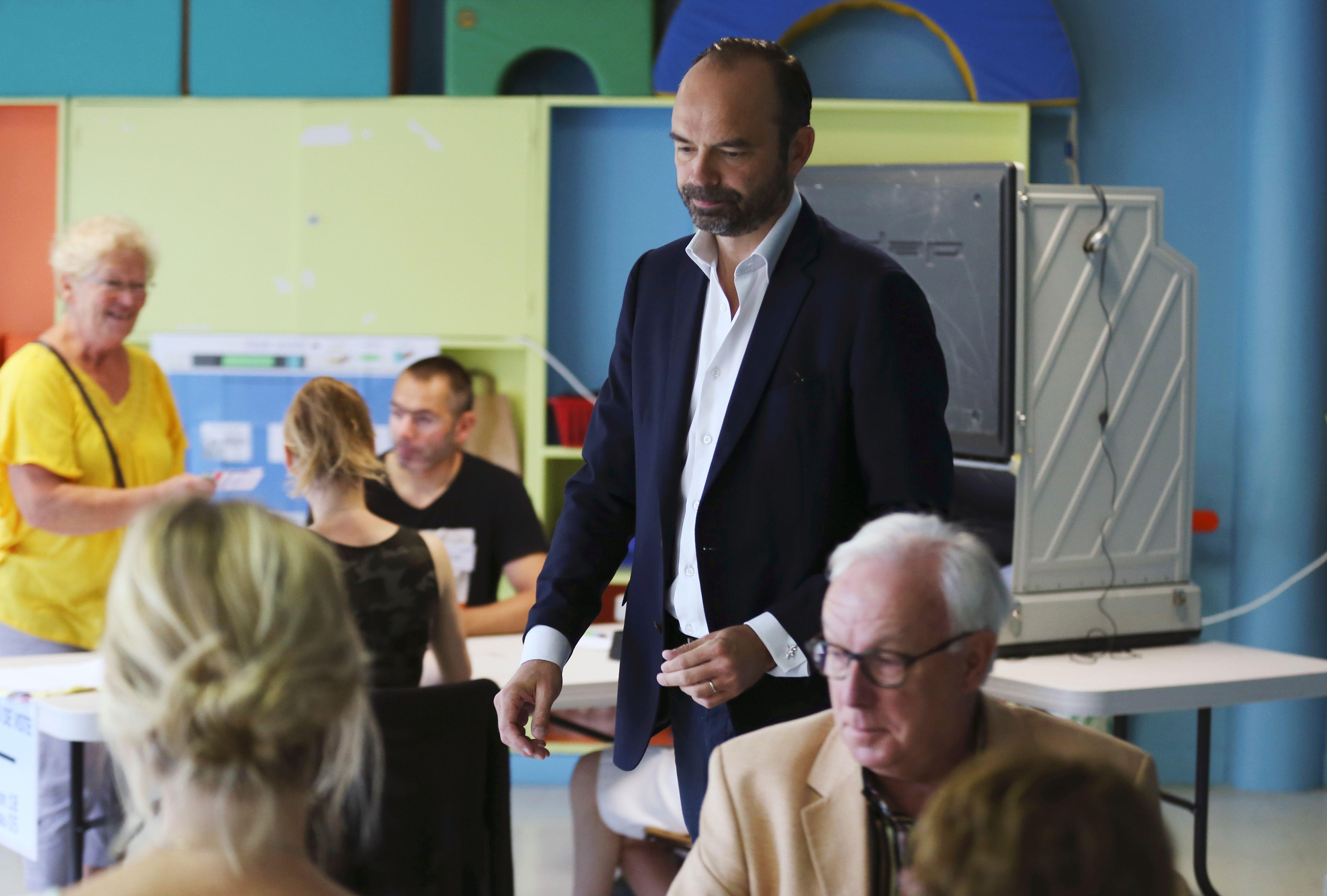رئيس وزراء فرنسا يدلى بصوته فى الانتخابات التشريعية