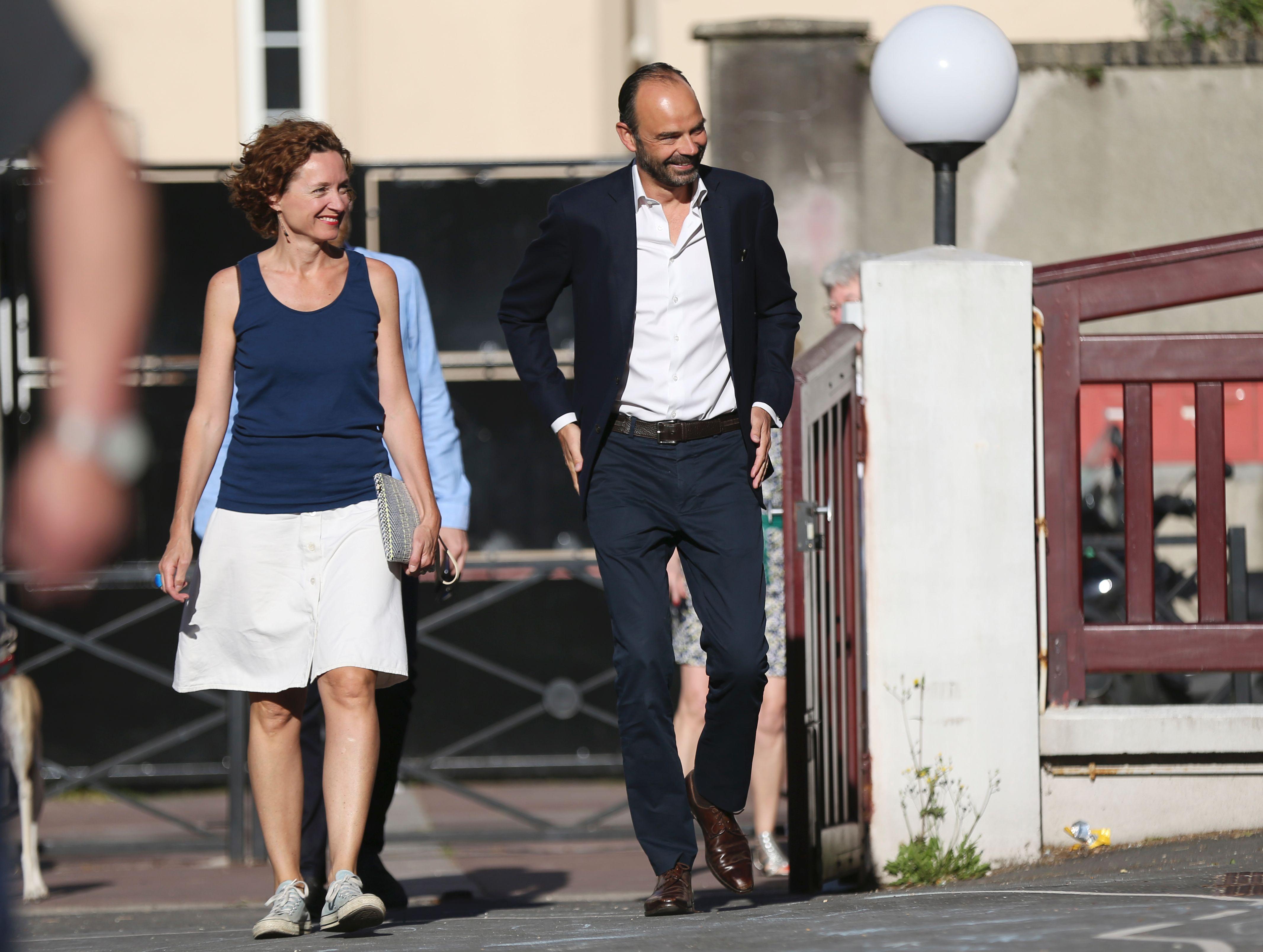 رئيس وزراء فرنسا وزوجته يتوجهان لمركز الاقتراع