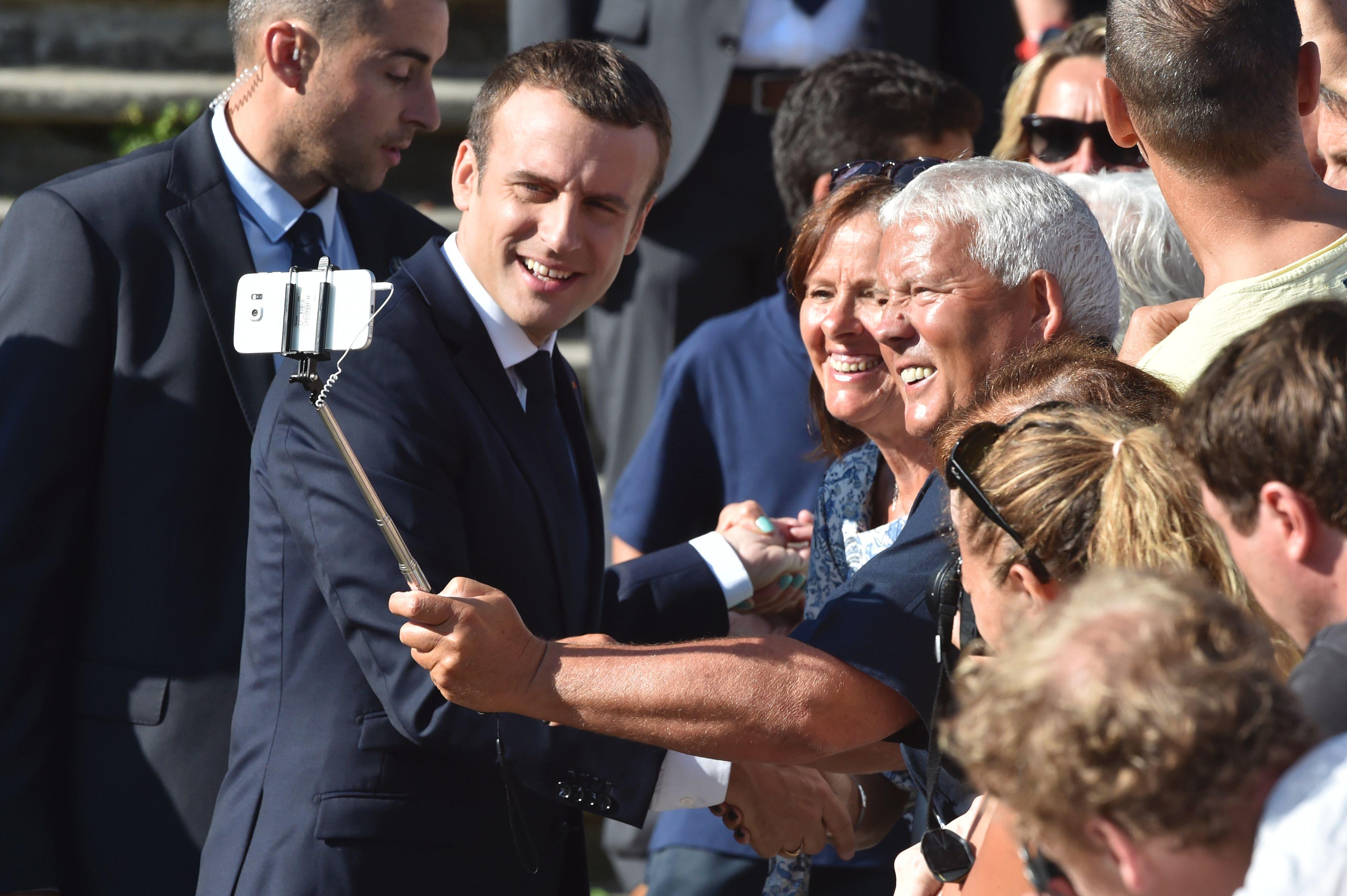 الرئيس الفرنسى يلتقط صورة سيلفى مع أحد الناخبين