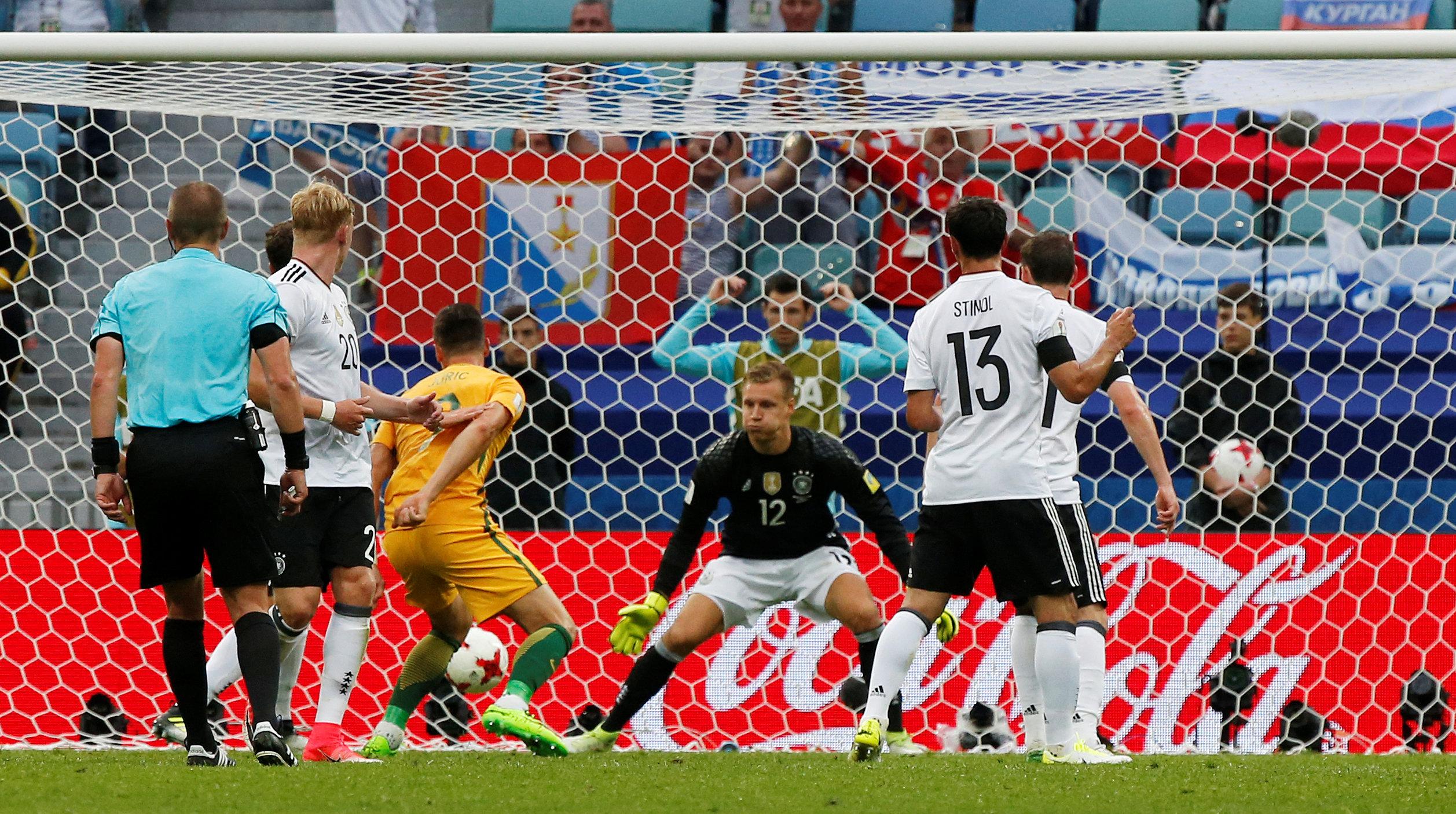 خطأ حارس ألمانيا يمنح أستراليا هدفًا