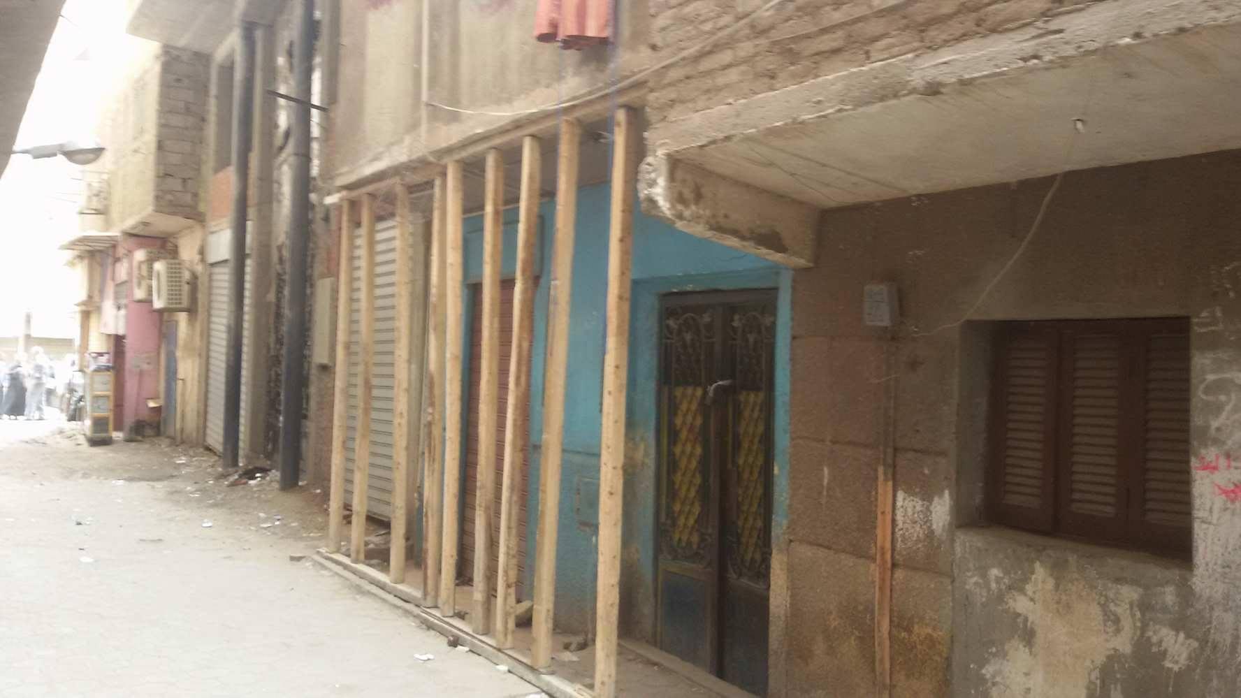 المقاول يزيل سنادات منازل الوراق الآيلة للسقوط الحى مدنيش فلوسى (1)