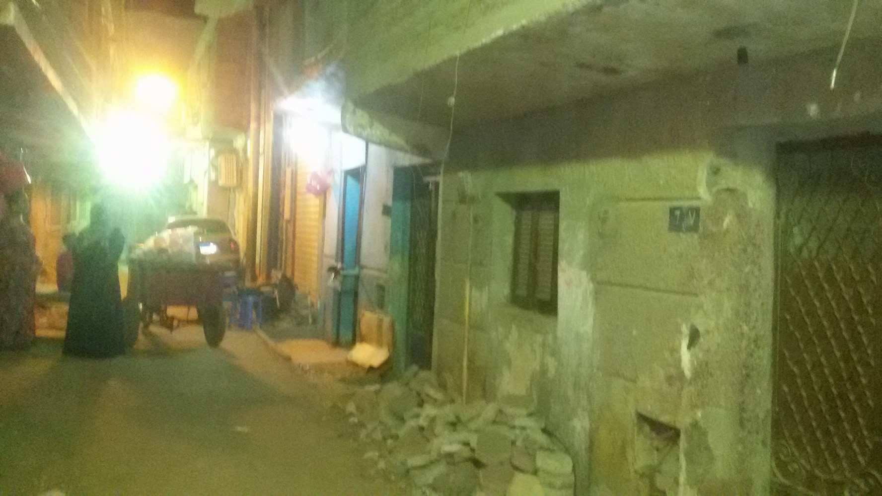 المقاول يزيل سنادات منازل الوراق الآيلة للسقوط الحى مدنيش فلوسى (3)