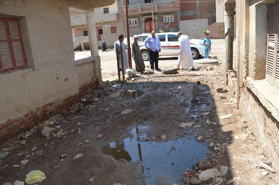 2- طفح مياه الصرف في بعض شارع القرية