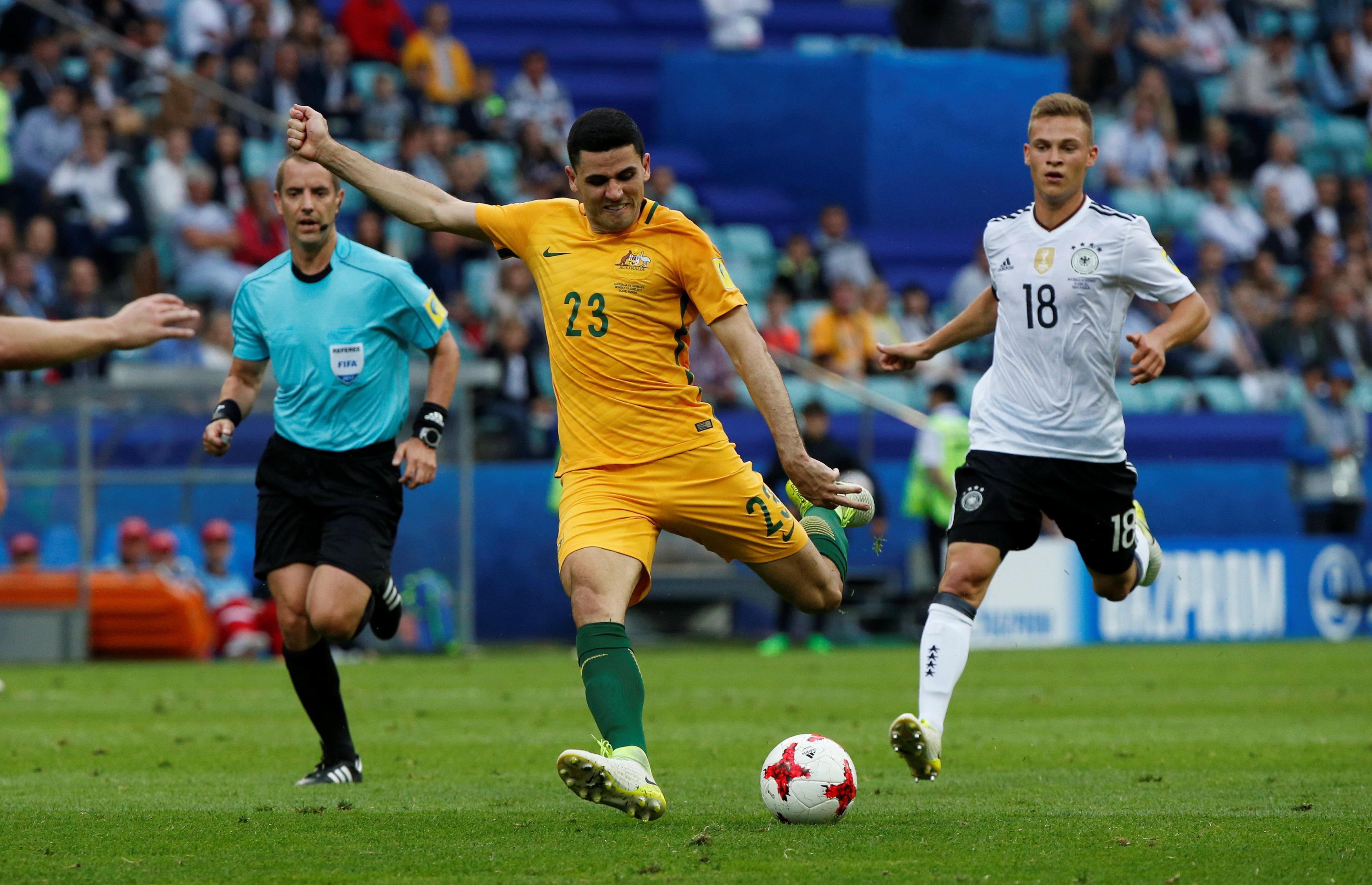 تسديدة قوية من لاعب أستراليا
