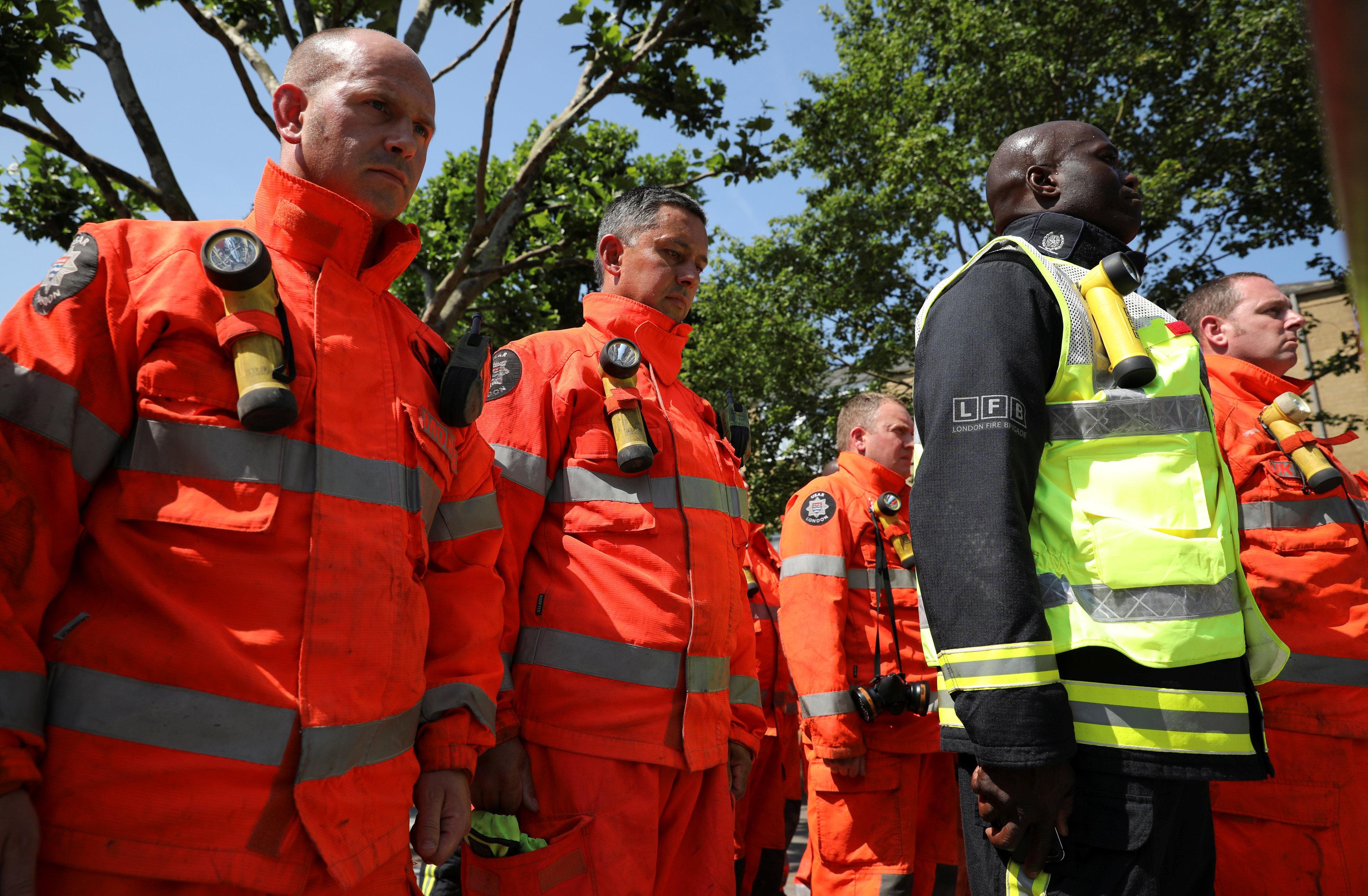 رجال الإطفاء يشاركون فى الوقفة الصامتة