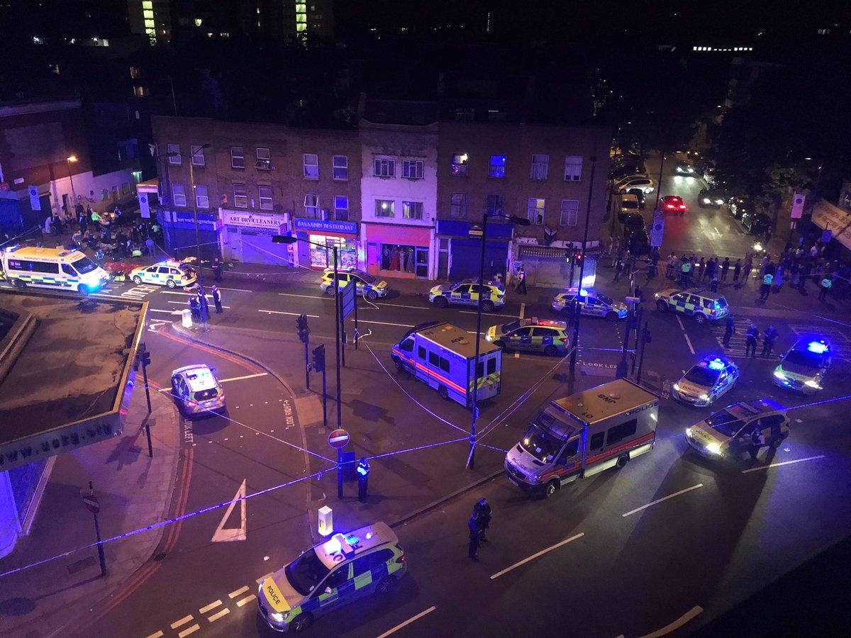 انتشار سيارات الشرطة والاسعاف بموقع الحادث