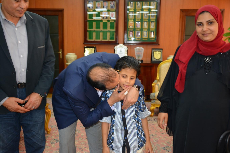 محافظ الدقهلية يلتقى الطفل متعدد المواهب  (10)