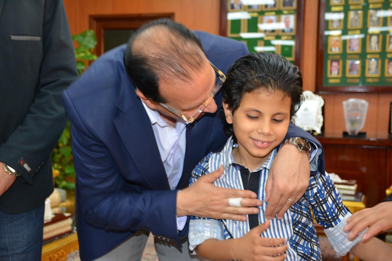محافظ الدقهلية يلتقى الطفل متعدد المواهب  (11)