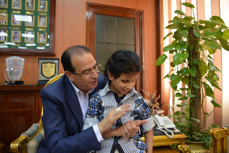 محافظ الدقهلية يلتقى الطفل متعدد المواهب  (4)