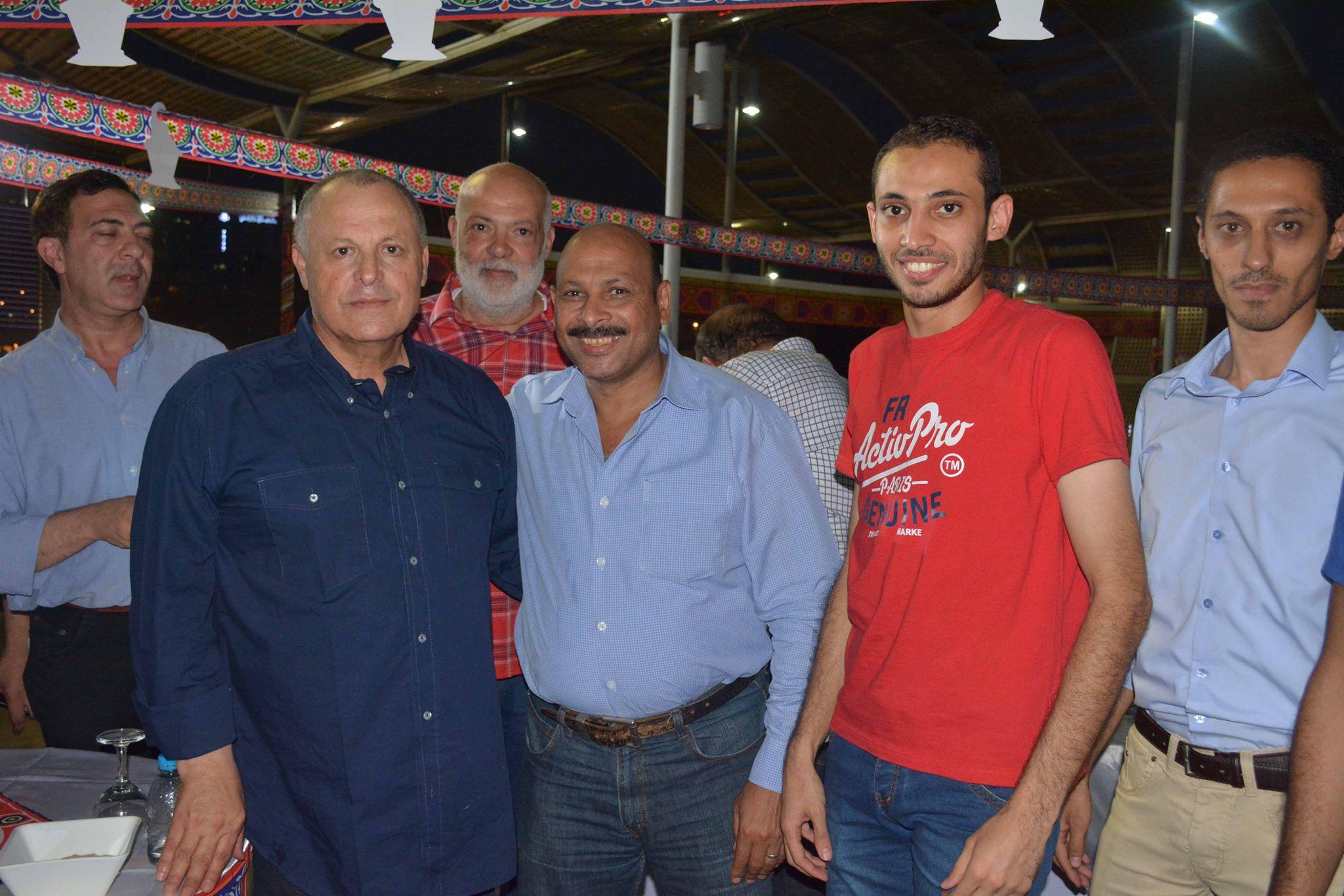 ابو ريدة وصور تذكارية مع الموظفين