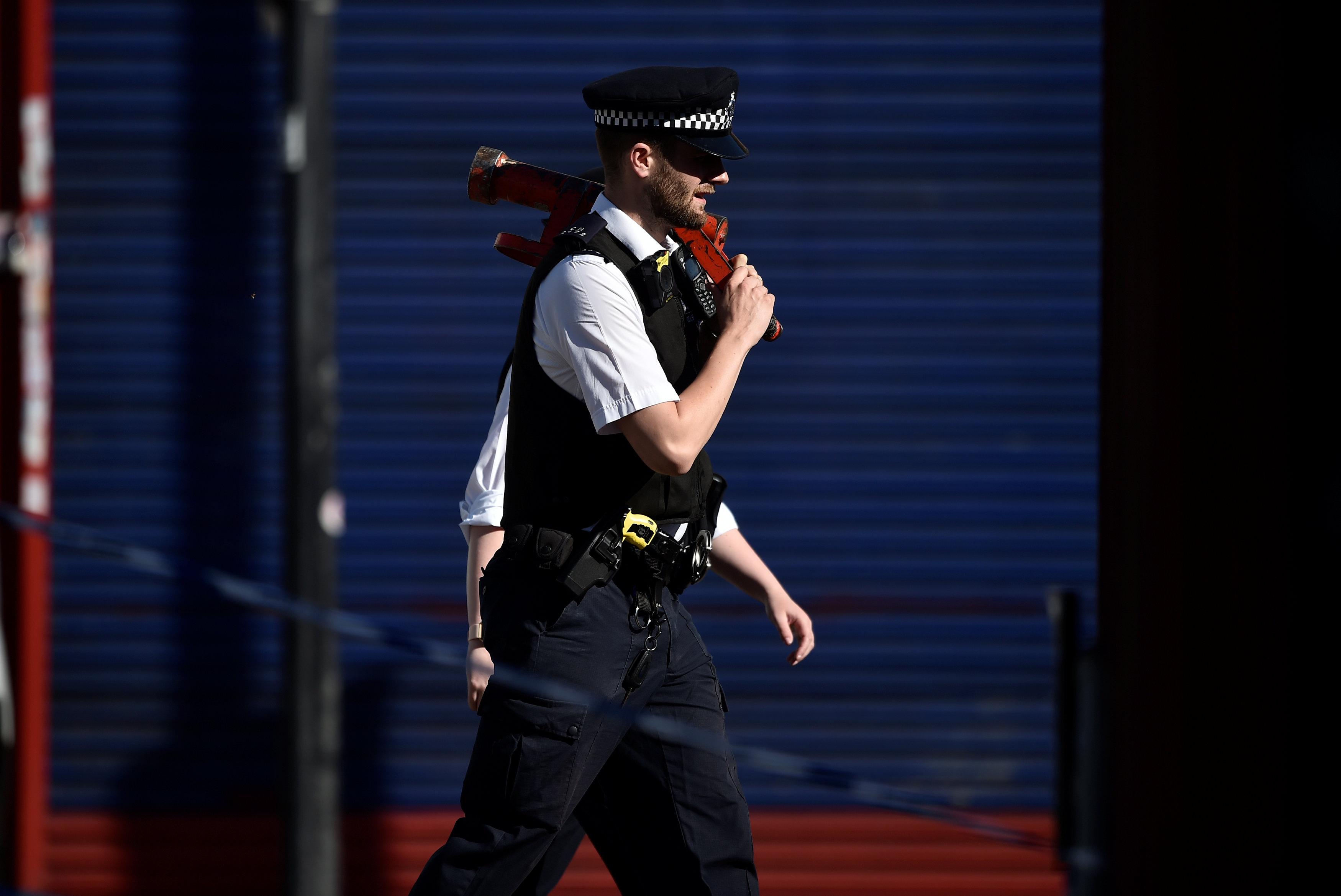 الشرطة البريطانية تنتشر فى موقع الحادث