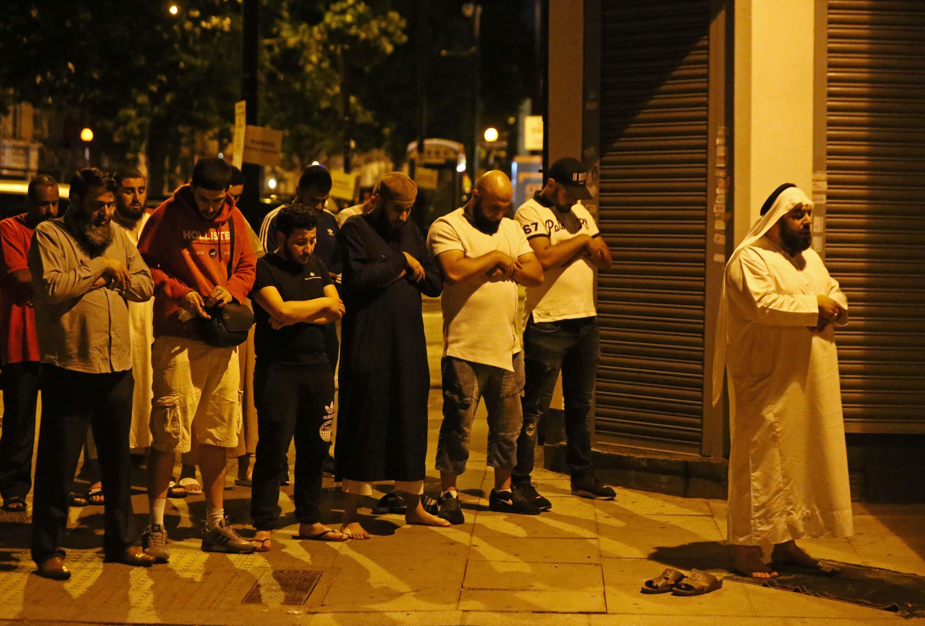 مسلمون فى بريطانيا يصلون على أرواح الضحايا بمحيط الحادث