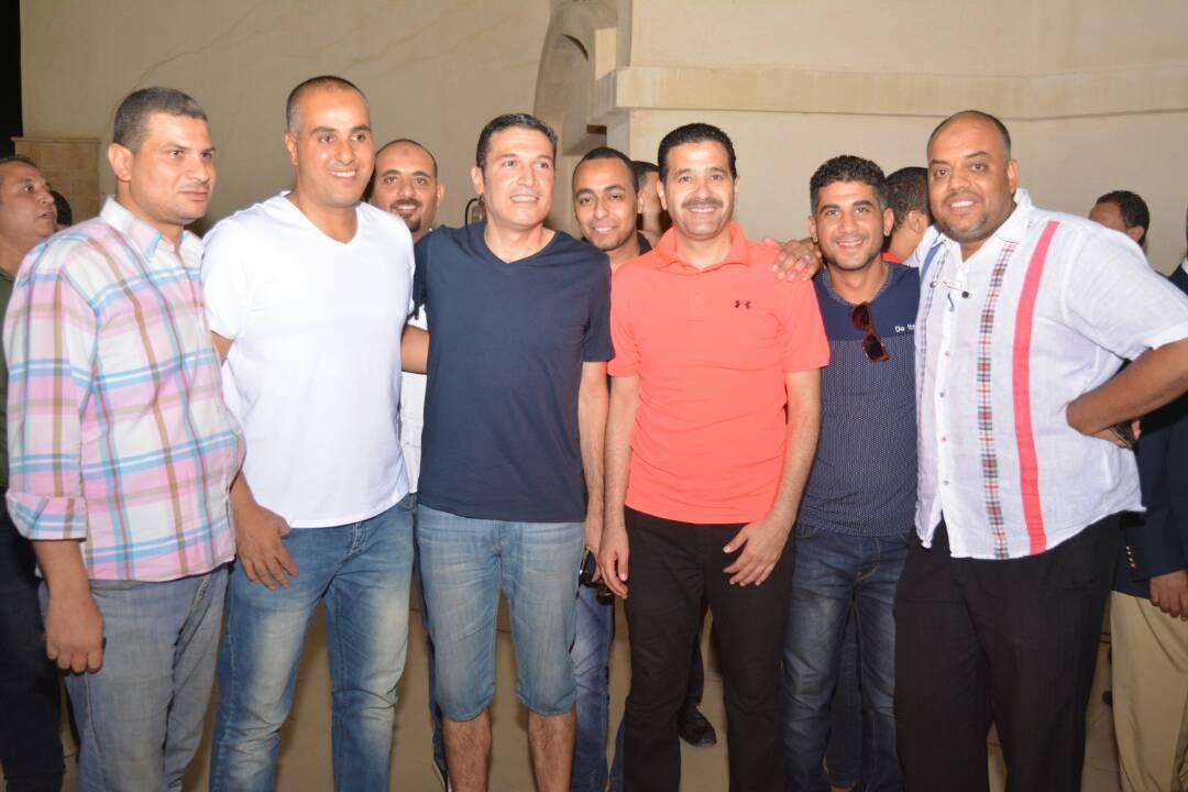 محمد العقدة مع مجموعة من العاملين