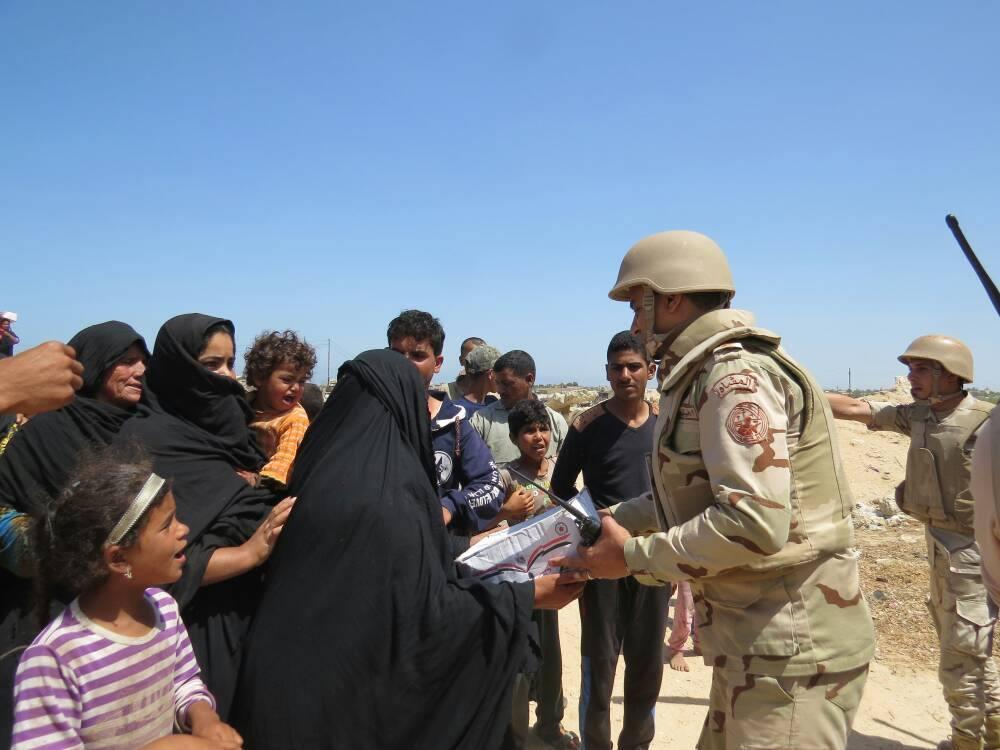 الجيش الثانى يوزع آلاف الحصص التموينية المجانية بشمال سيناء