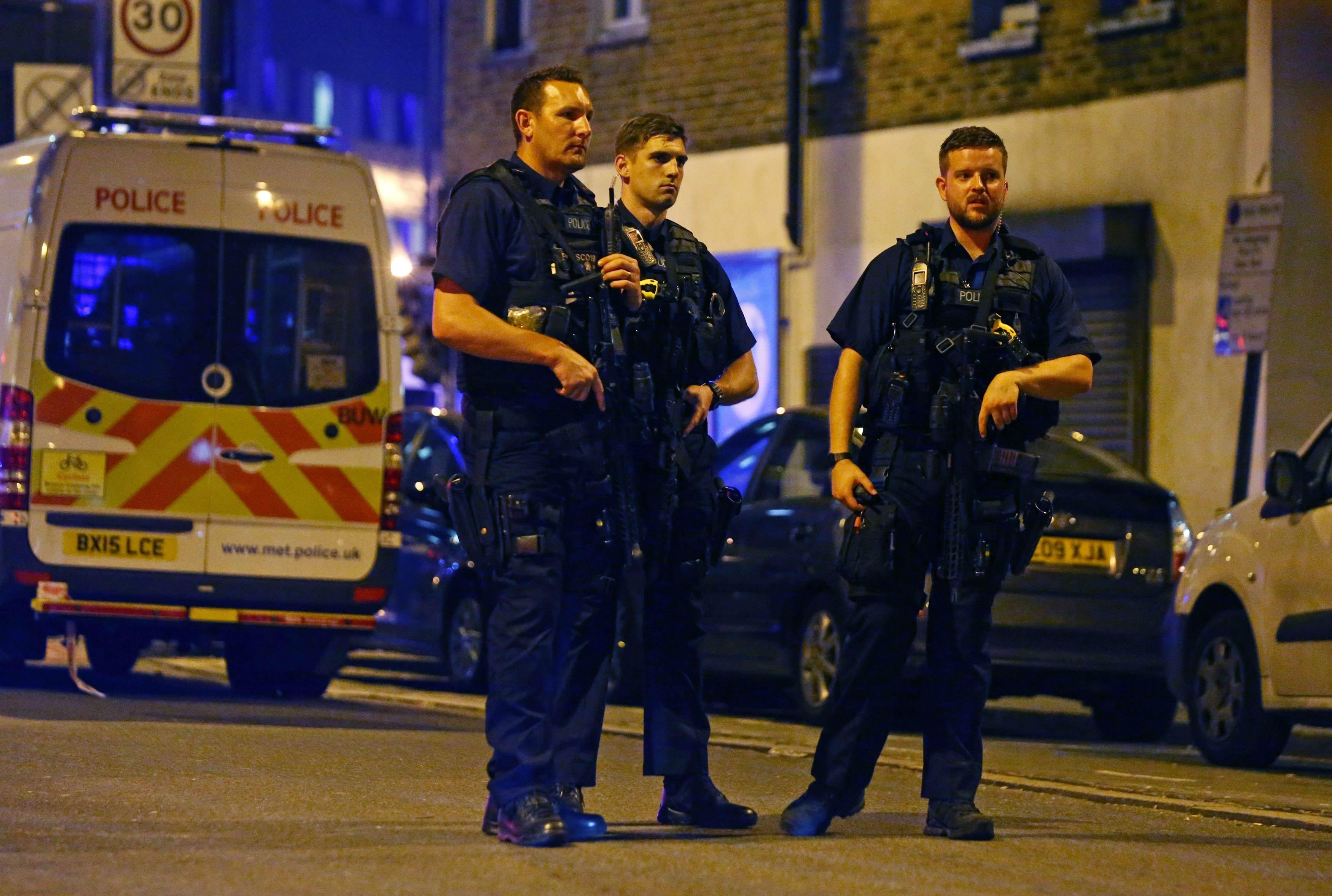 رجال الأمن فى لندن يشددون اجراءاتهم الامنية بموقع الحادث المفجع
