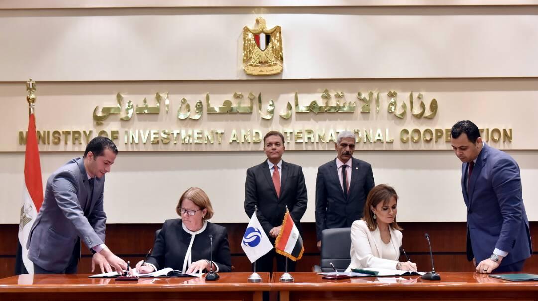 سحر نصر توقع اتفاق مع البنك الأوروبى لشراء 100 جرار لصالح سكك حديد مصر