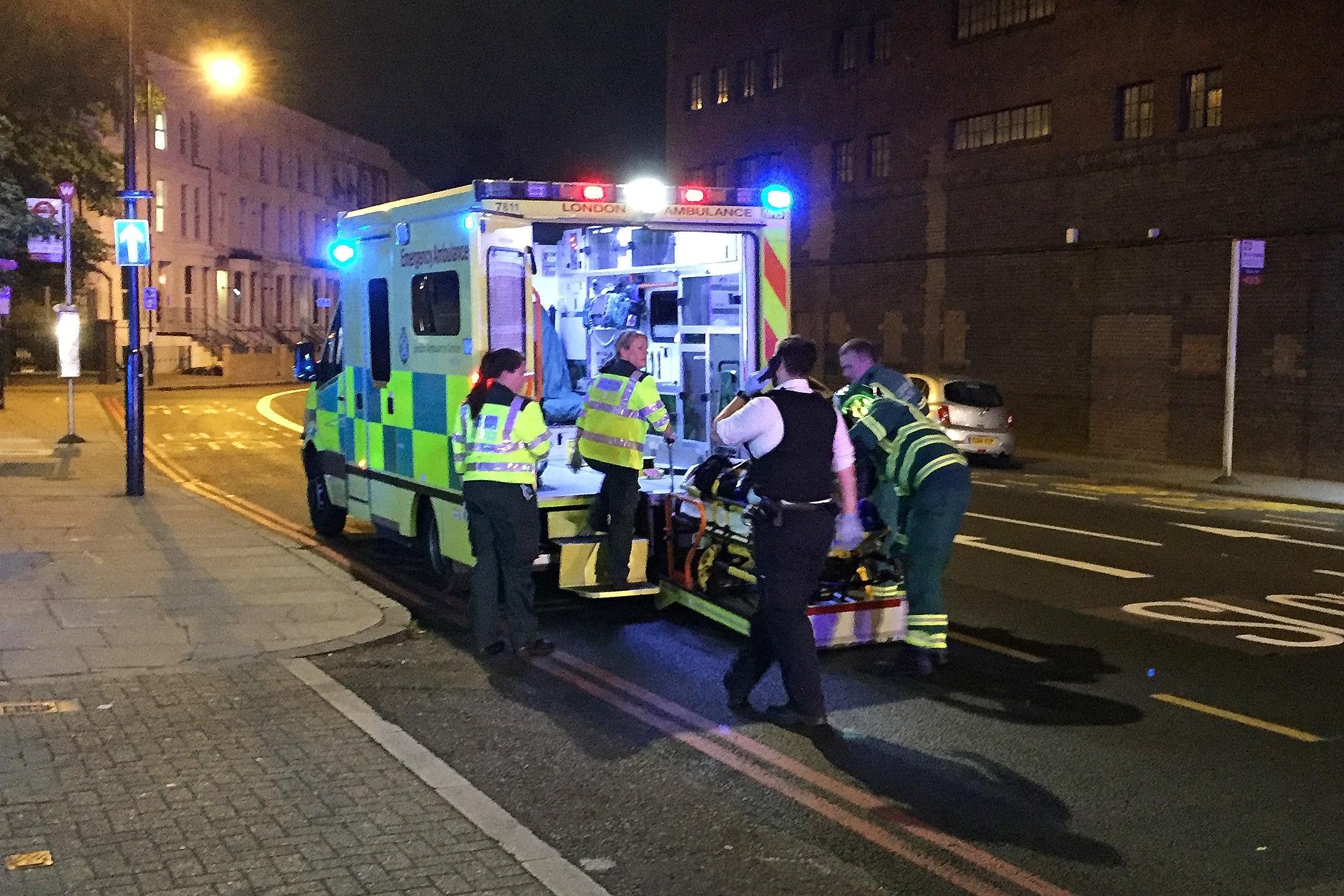 الاسعاف ينقل أحد الضحايا