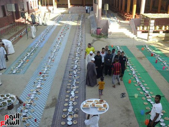 موائد الخير تتسابق لإطعام الفقراء والحصول على بركات شهر رمضان المعظم