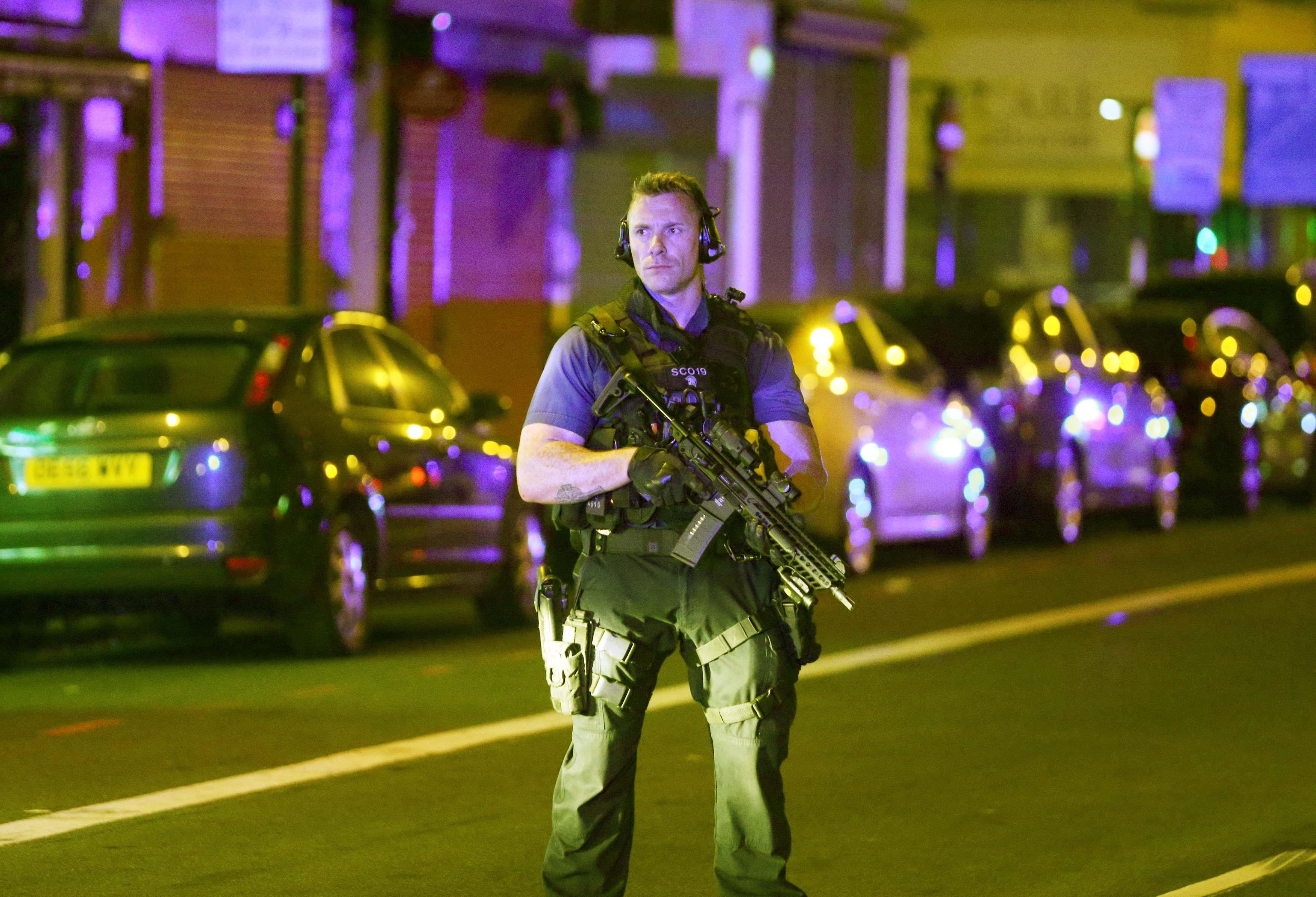 أحد عناصر الشرطة البريطانية يقف بمحيط الحادث